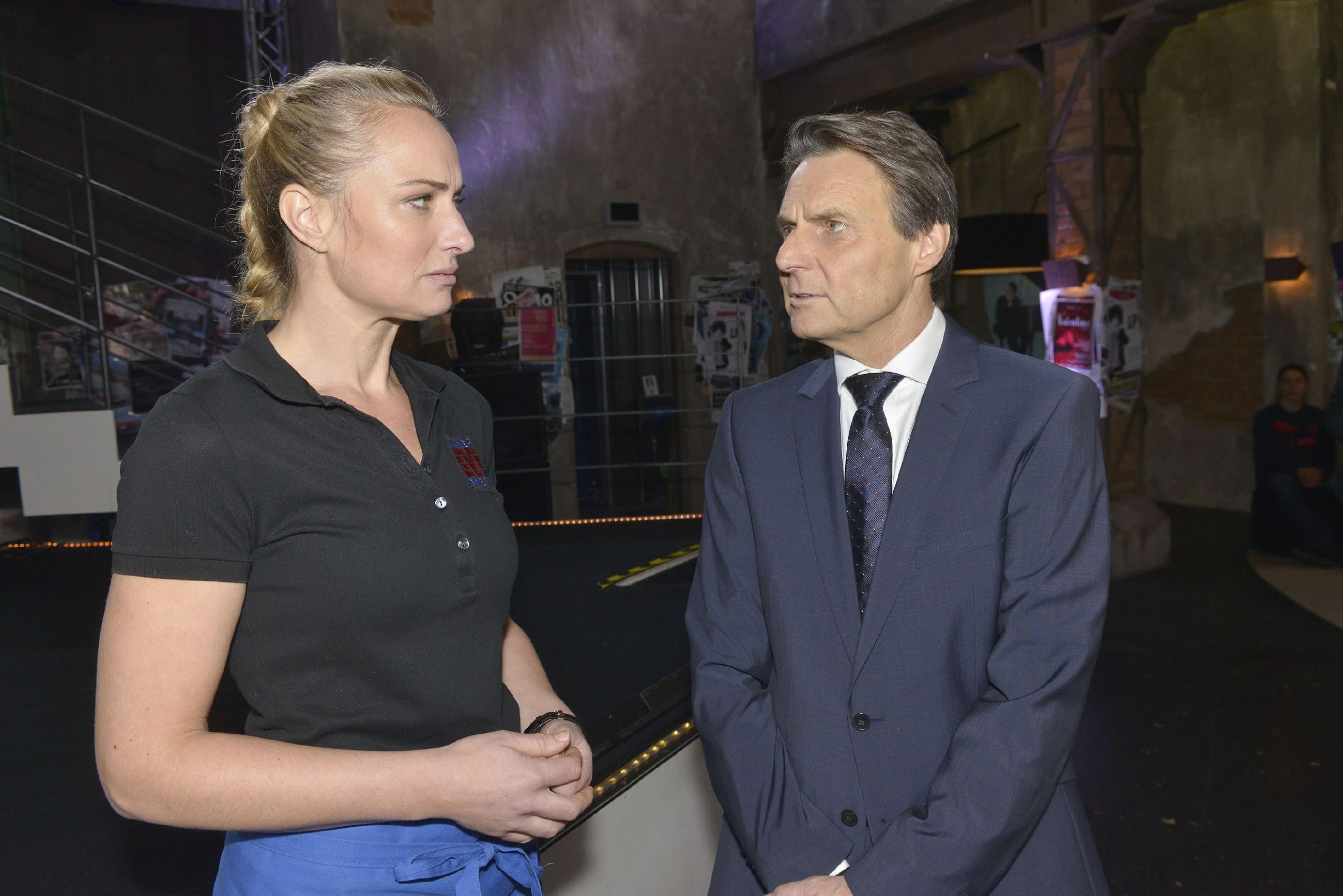 Maren (Eva Mona Rodekirchen) wird misstrauisch, als Gerner (Wolfgang Bahro) ihr erzählt, dass Katrin allein sein will. (Quelle: RTL / Rolf Baumgartner)