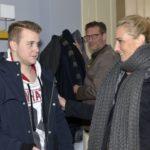 Jonas (Felix van Deventer, l.) schafft es nicht, Alexander (Clemens Löhr) und Maren (Eva Mona Rodekirchen) die Wahrheit zu sagen. (Quelle: RTL / Rolf Baumgartner)