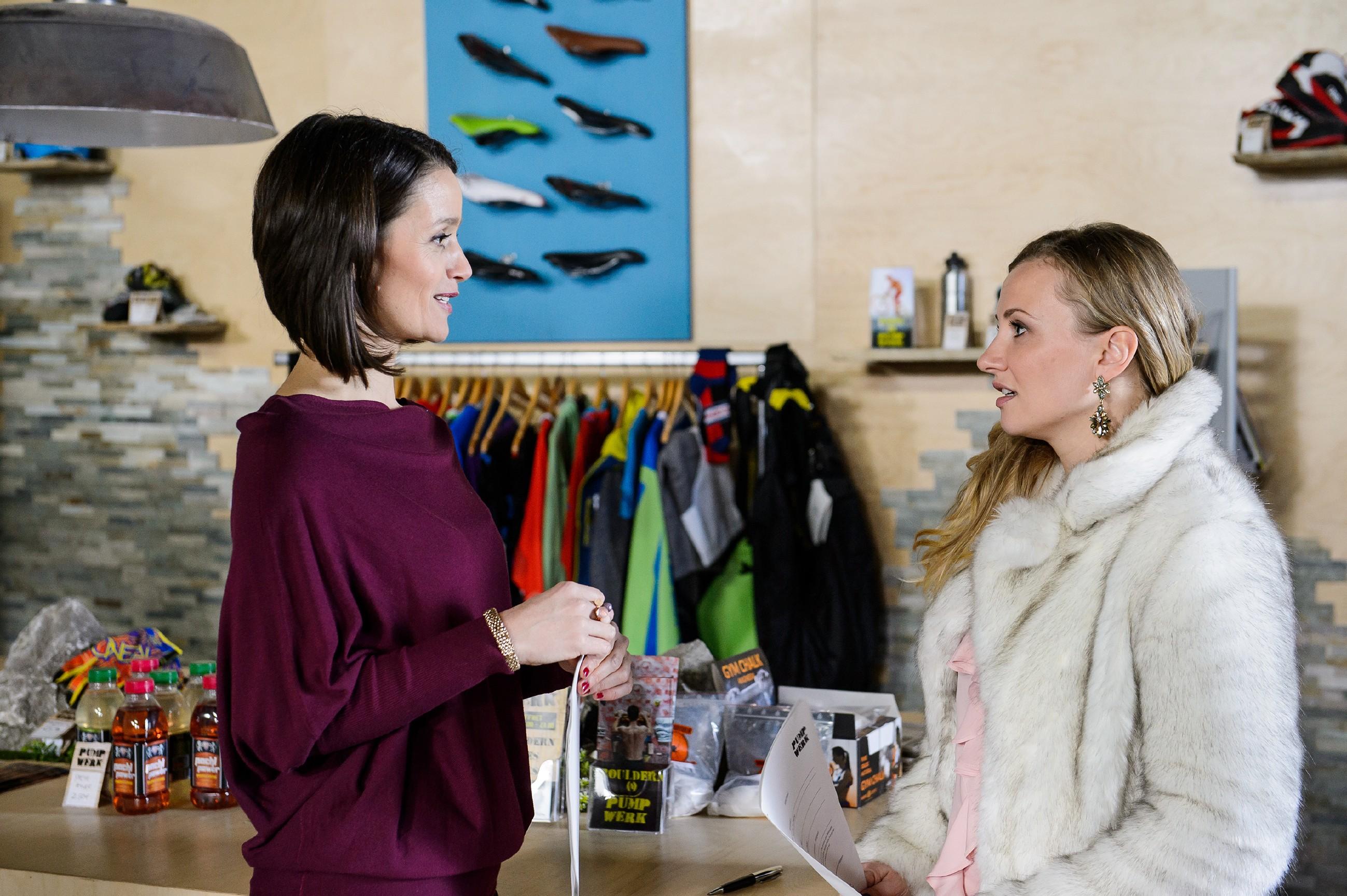 Jenny (Kaja Schmidt-Tychsen) glaubt triumphierend, ihren Eltern geschäftlich eins ausgewischt zu haben, nachdem sie und Isabelle (Ania Niedieck) nacheinander den Marketingvertrag um Tim Hayer unterschrieben haben. (Quelle: RTL / Willi Weber)