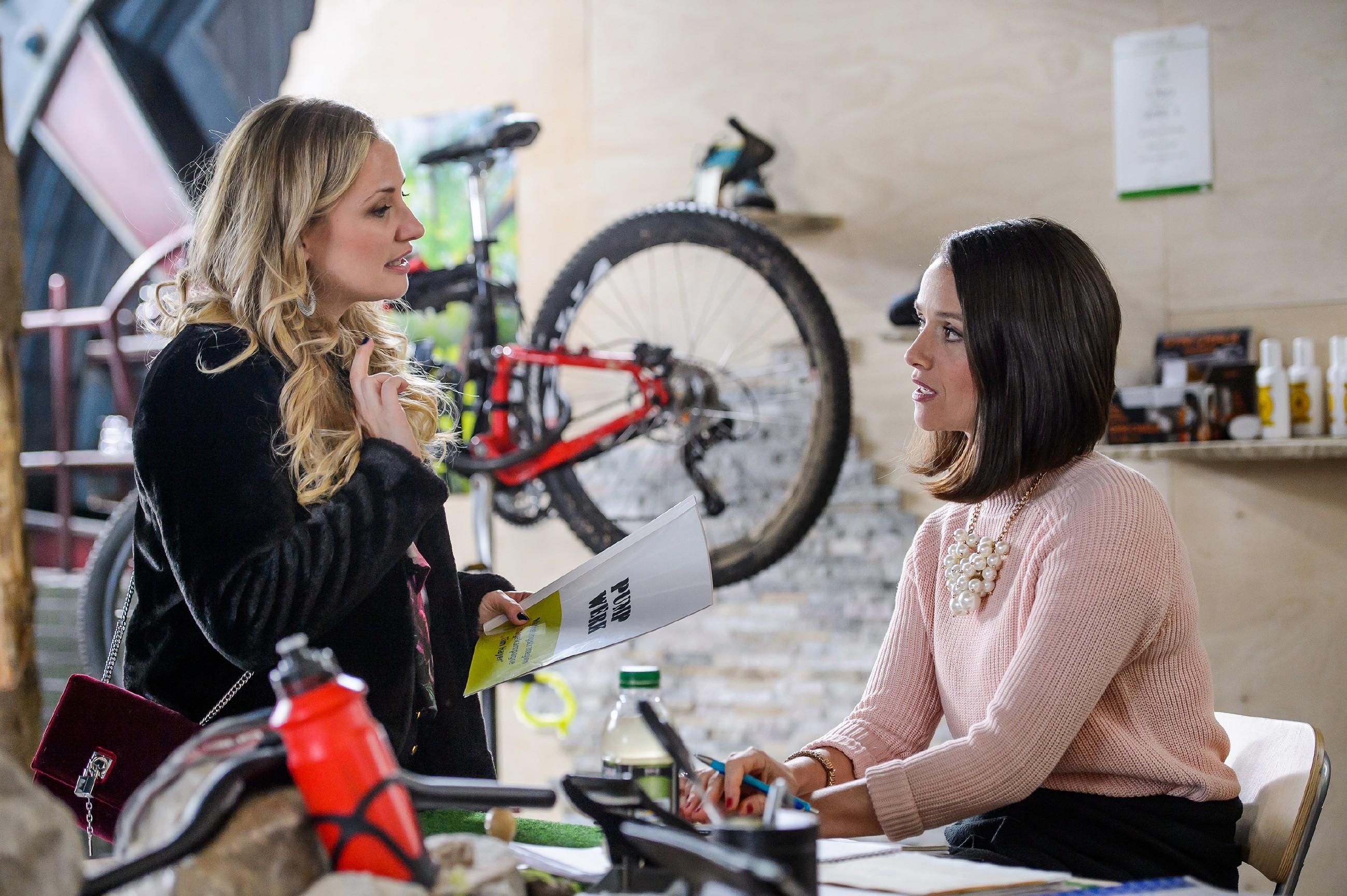 Statt Ideen für das Pachlpower-Konzept zu entwickeln, muss sich Jenny (Kaja Schmidt-Tychsen, r.) mit Isabelle (Ania Niedieck) auseinandersetzen. (Quelle: RTL / Willi Weber)