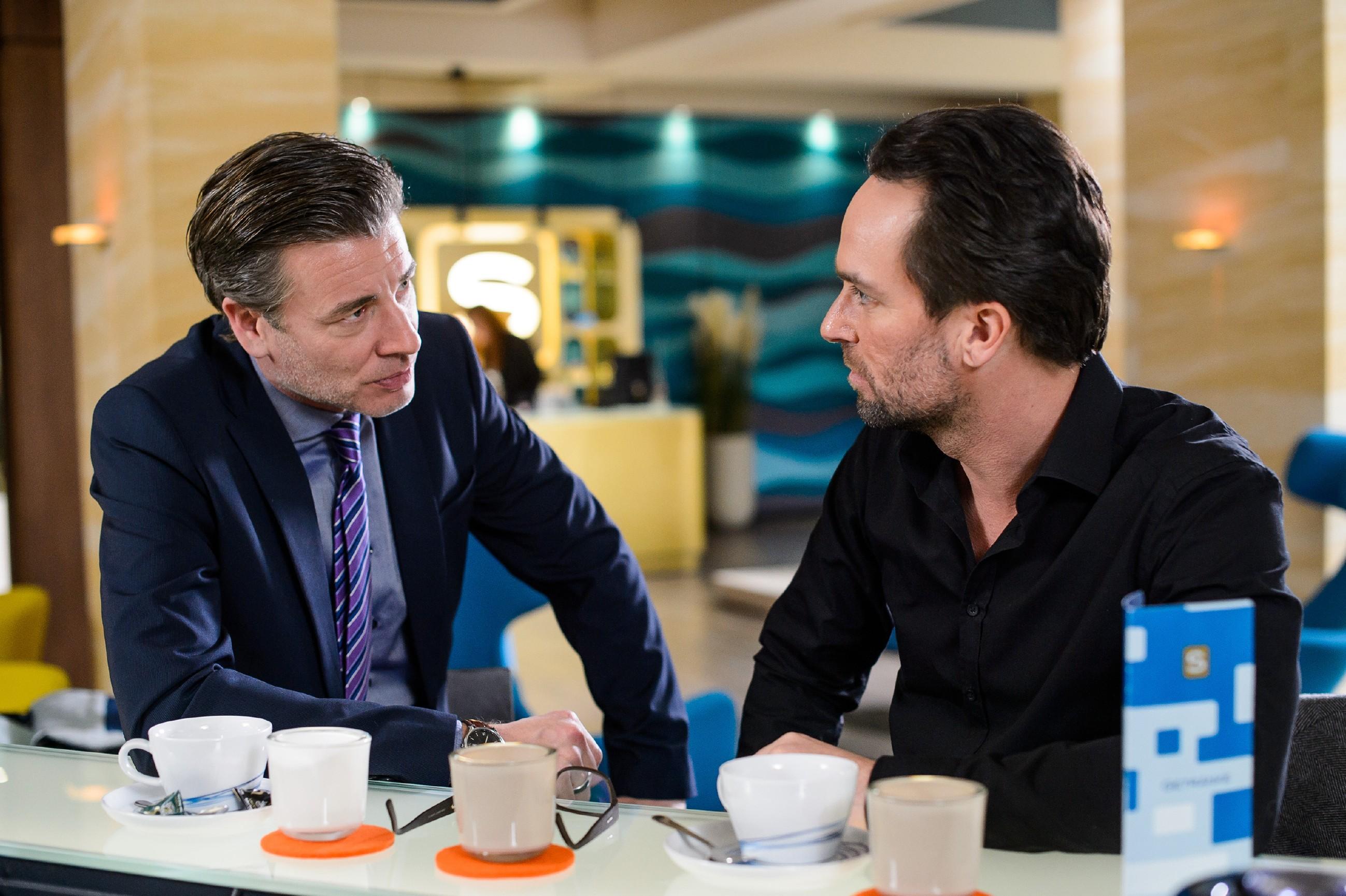 Christoph (Lars Korten, l.) legt Thomas (Daniel Brockhaus) nahe, sich mit dem Gedanken auseinanderzusetzen, dass Leo tatsächlich tot sein könnte. (Quelle: RTL / Willi Weber)