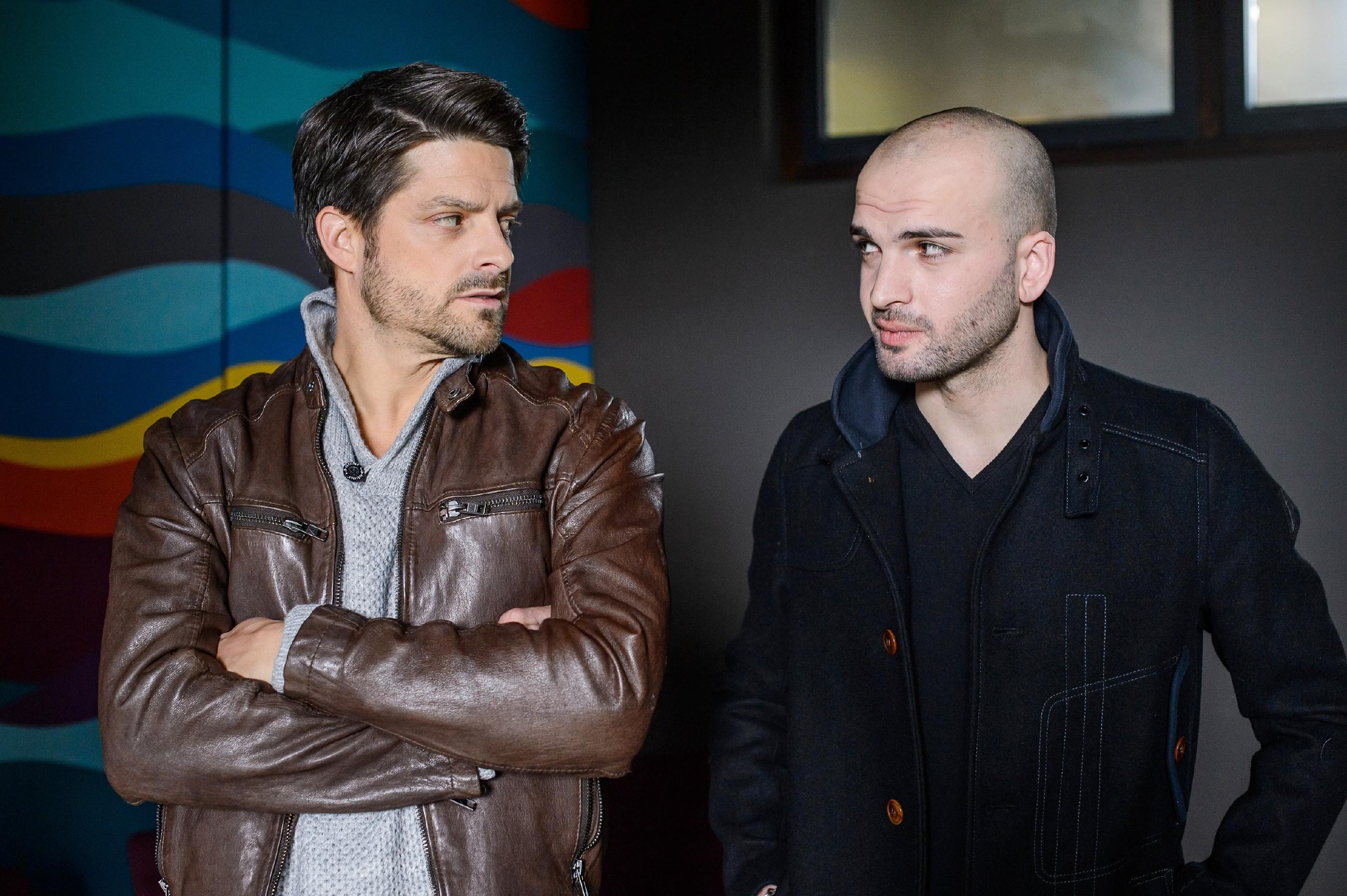 Vincent (Daniel Buder, l.) trifft sich mit seinem Handlanger Sascha Lehmann (Beka Bedina). (Quelle: RTL / Willi Weber)