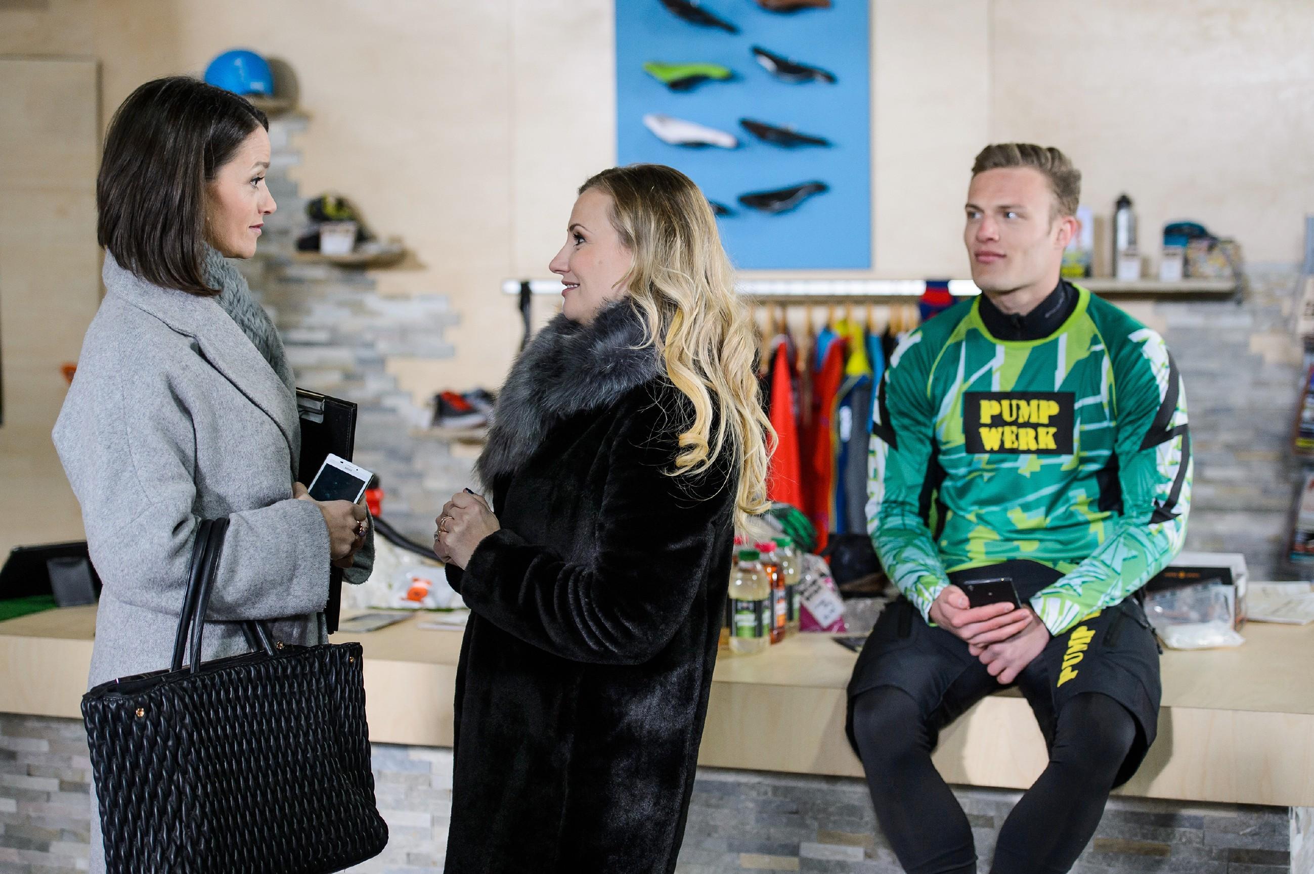 Isabelle (Ania Niedieck, M.) steckt nach ihrer Trennung noch immer in finanzieller Not und versucht, Jenny (Kaja Schmidt-Tychsen) und Deniz bei der Abrechnung von Tims (Robert Maaser) Fotoshooting zu betrügen. (Quelle: RTL / Willi Weber)