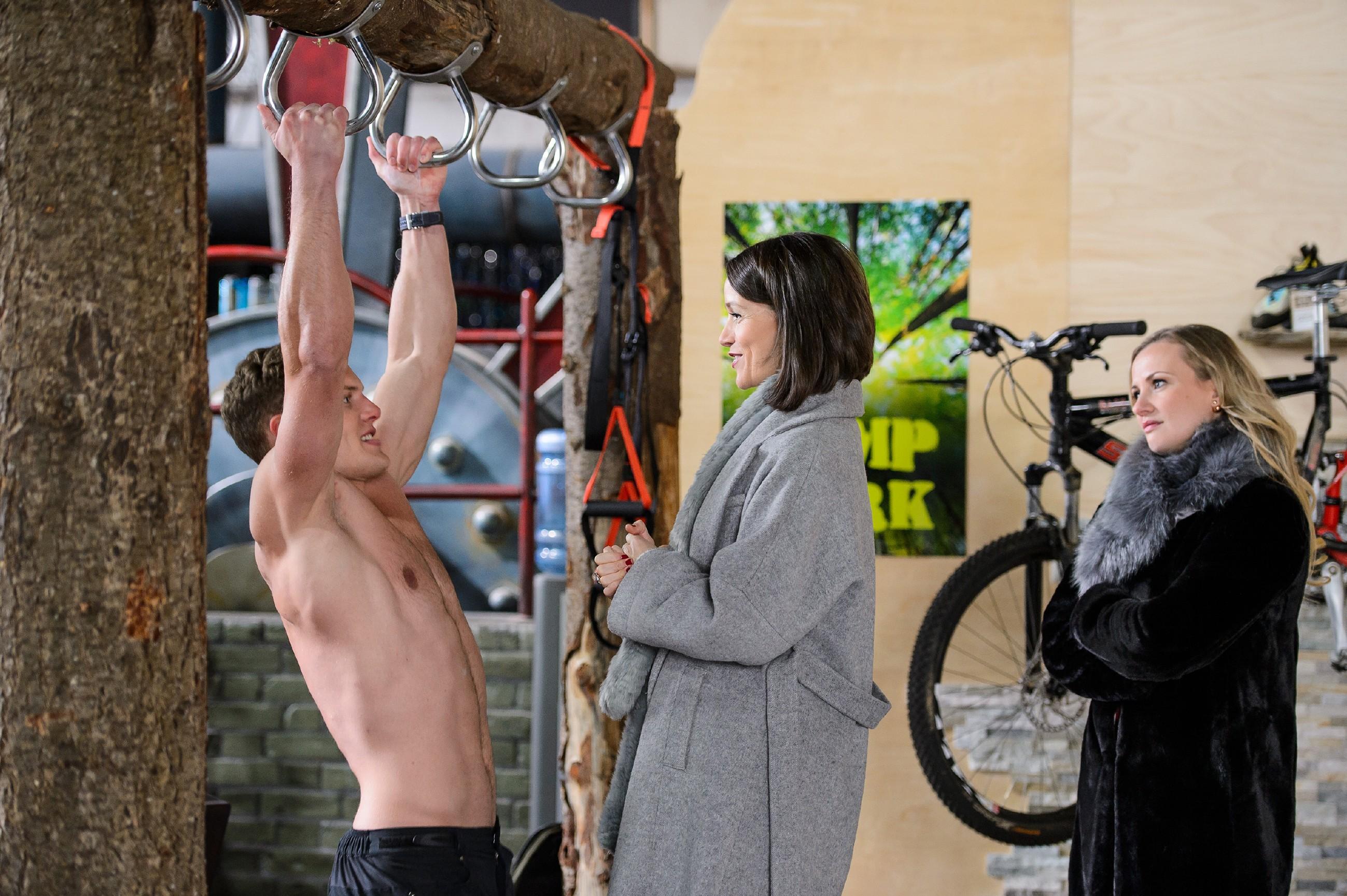 Isabelle (Ania Niedieck, r.) ist frustriert, als Jenny (Kaja Schmidt-Tychsen) ihr bei der Abrechnung von Tims (Robert Maaser) Fotoshooting einen Strich durch die Rechnung macht. (Quelle: RTL / Willi Weber)
