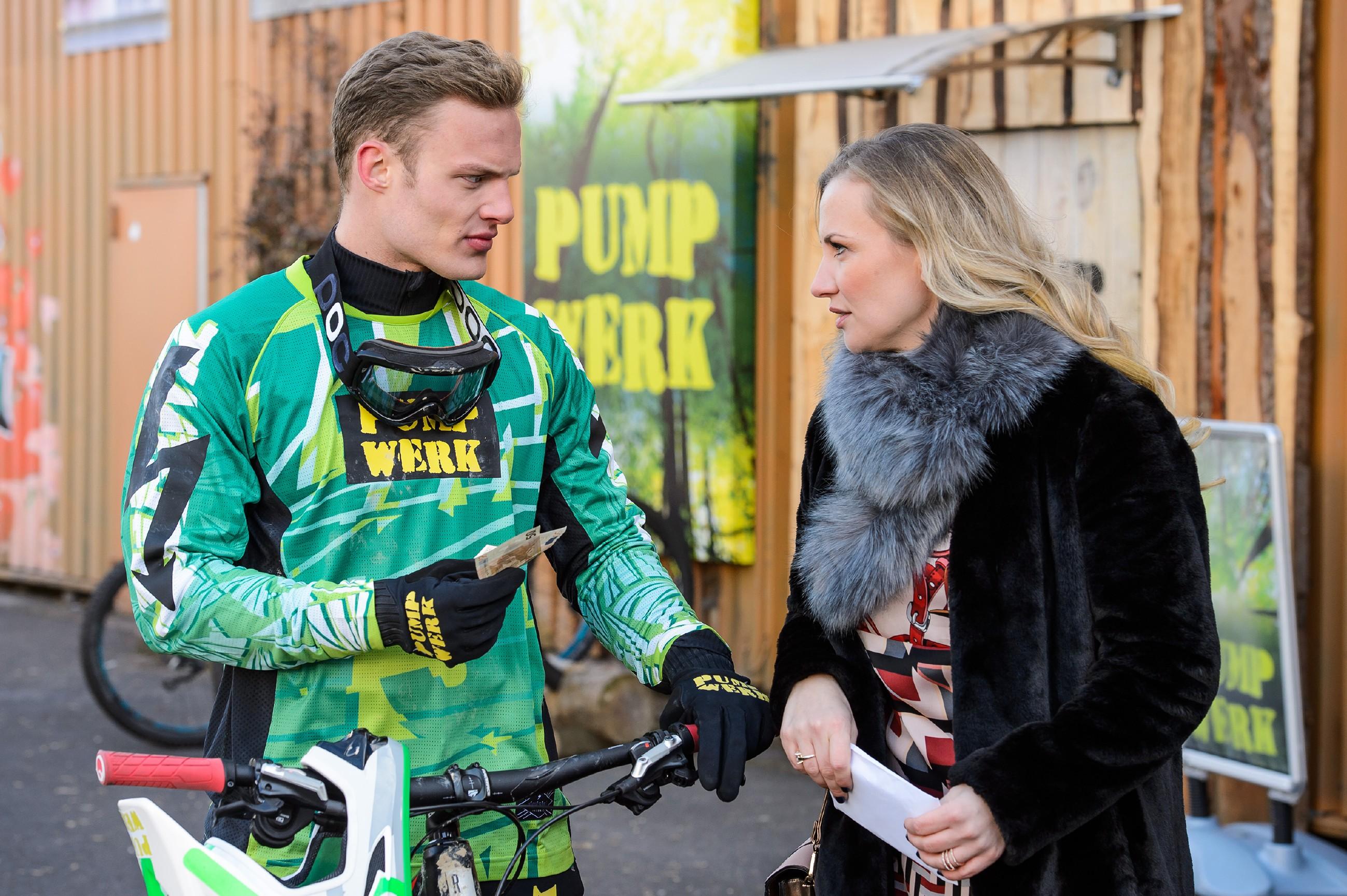 Isabelle (Ania Niedieck) lässt Tims (Robert Maaser) Vorwurf, ohne sein Einverständnis seinen Bulli verkauft zu haben, souverän an sich abtropfen. (Quelle: RTL / Willi Weber)