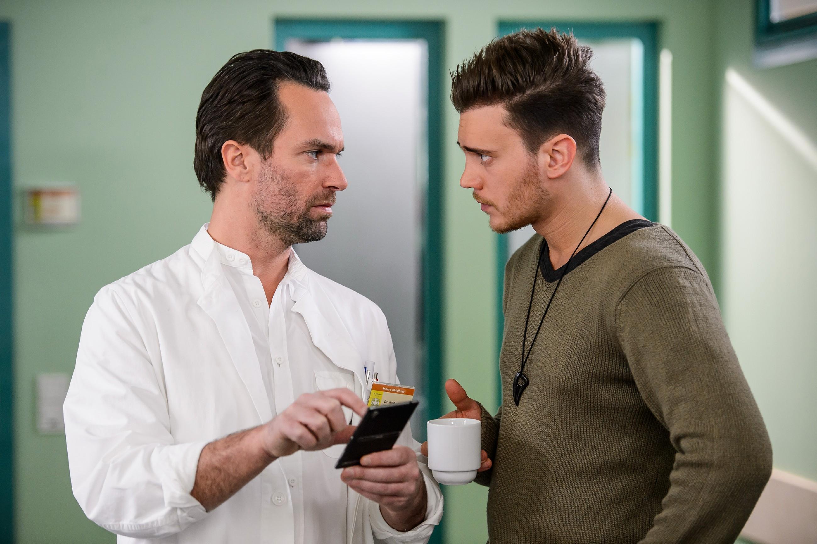 Thomas (Daniel Brockhaus, l.) schöpft neue Hoffnung, als jemand Leo in Essen gesehen haben will: Ronny (Bela Klentze) zeigt ihm ein Foto, das ihm ein Freund zugeschickt hat, auf dem Leo zu erkennen ist... (Quelle: RTL / Willi Weber)