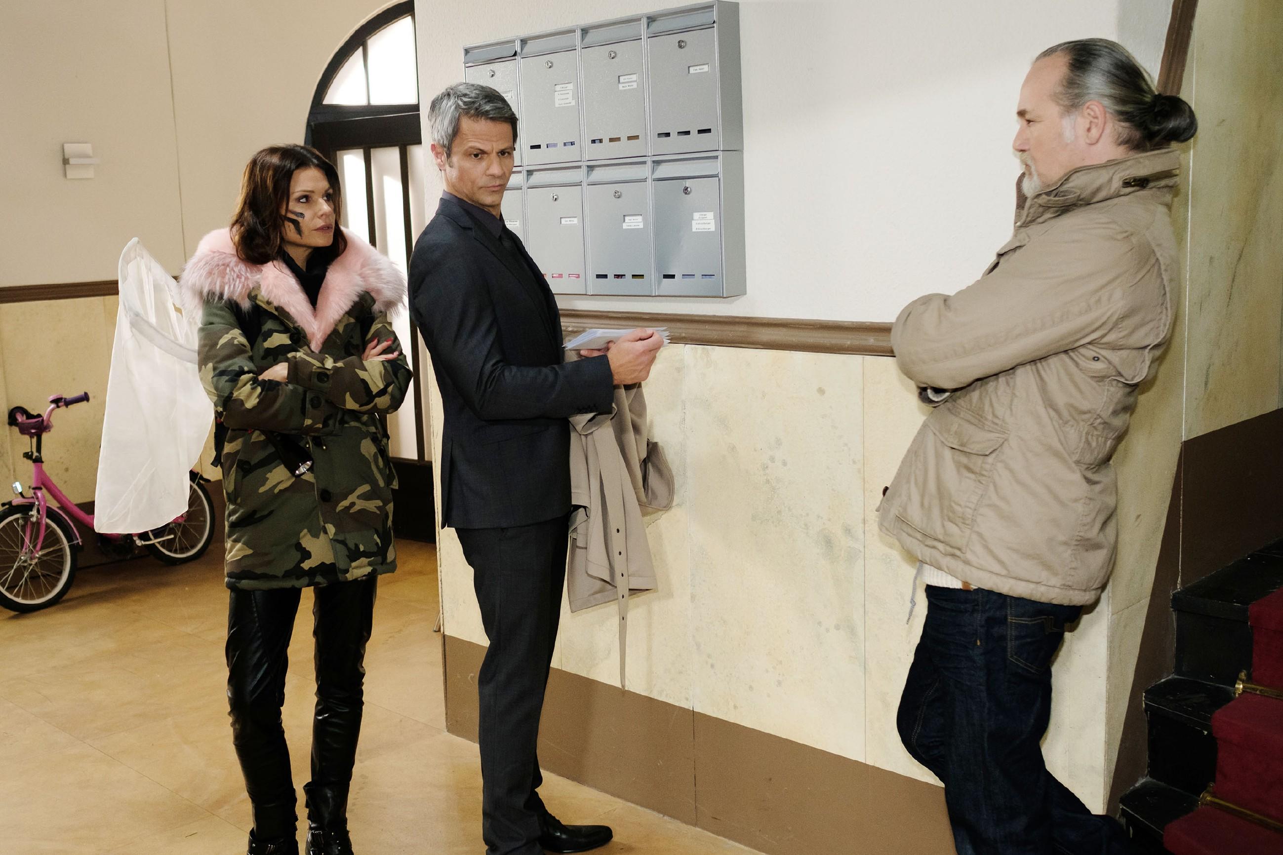 Benedikt (Jens Hajek, M.) trifft im Beisein von Robert (Luca Maric) auf Britta (Tabea Heynig), die droht, den Baustopp sofort aufheben zu lassen. (Quelle: RTL / Stefan Behrens)