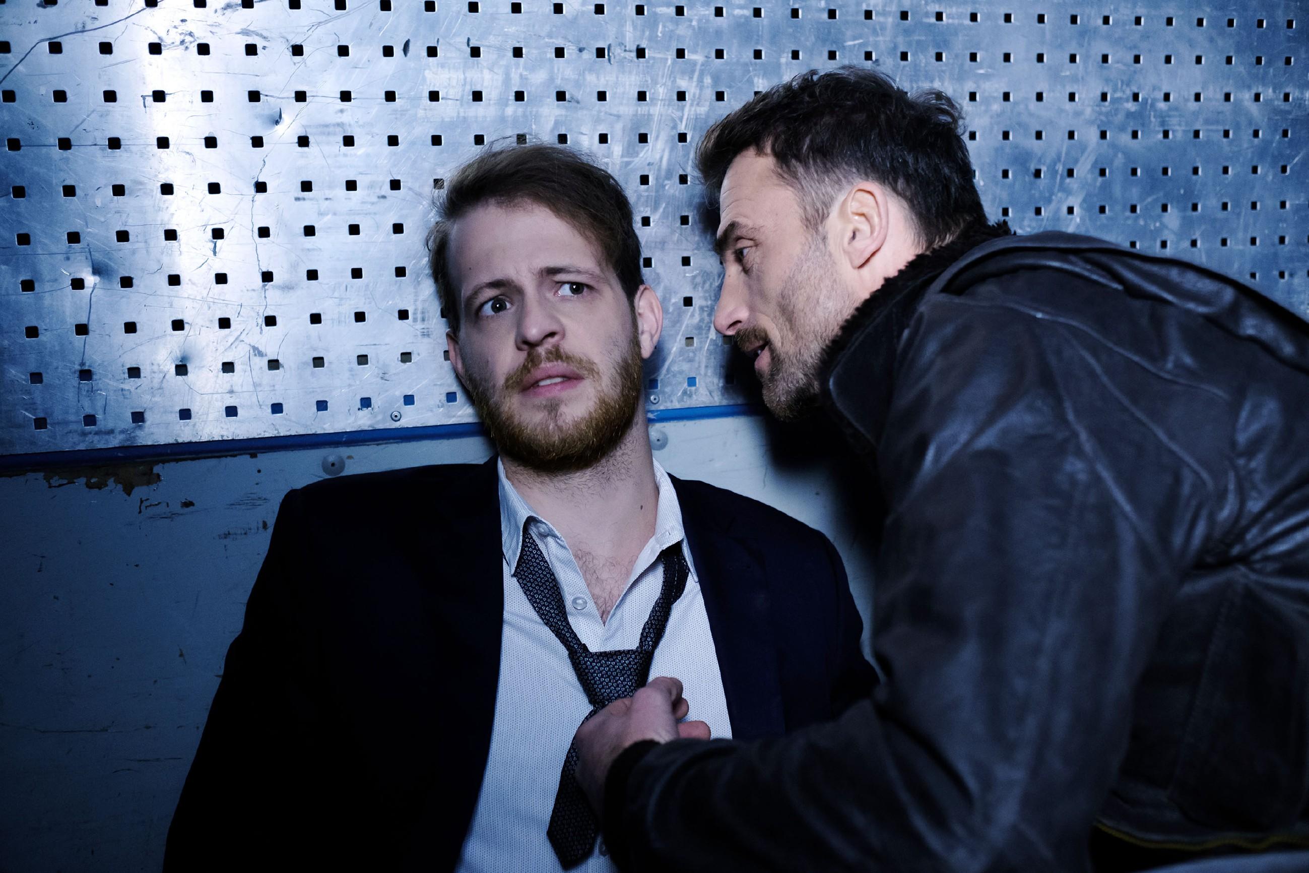 Tobias (Patrick Müller, l.) wird von Opitz_ Handlanger Langer (Robert Ritter) dazu gezwungen, Eva zu hintergehen... (Quelle: RTL / Stefan Behrens)