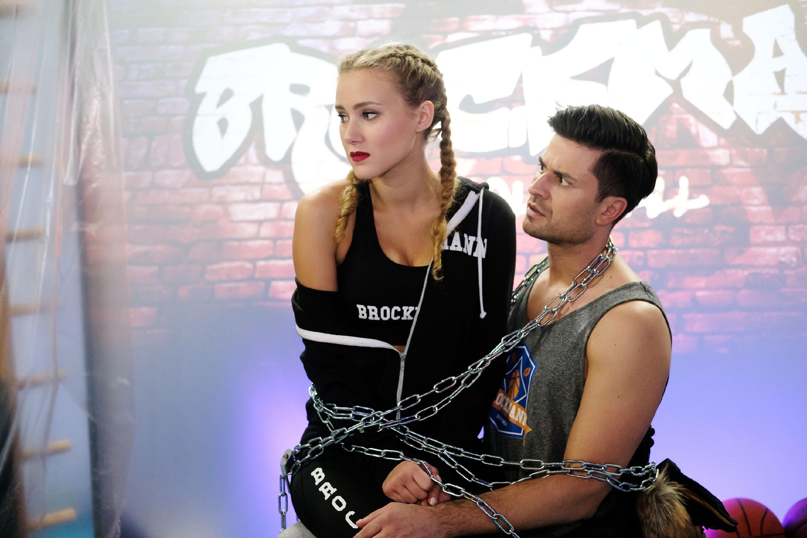 Als KayC (Pauline Angert) und Paco (Milos Vukovic) für ein Foto von Easy aneinander gekettet werden, ist KayC ob ihrer Gefühle für Paco in höchster Not... (Quelle: RTL / Stefan Behrens)