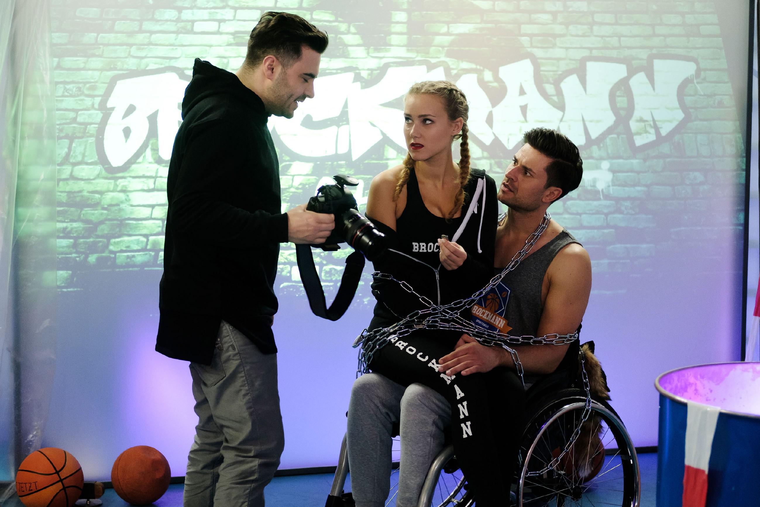 Als Easy (Lars Steinhöfel, l.) KayC (Pauline Angert) und Paco (Milos Vukovic) für ein Foto aneinander kettet, ist KayC ob ihrer Gefühle für Paco in höchster Not... (Quelle: RTL / Stefan Behrens)