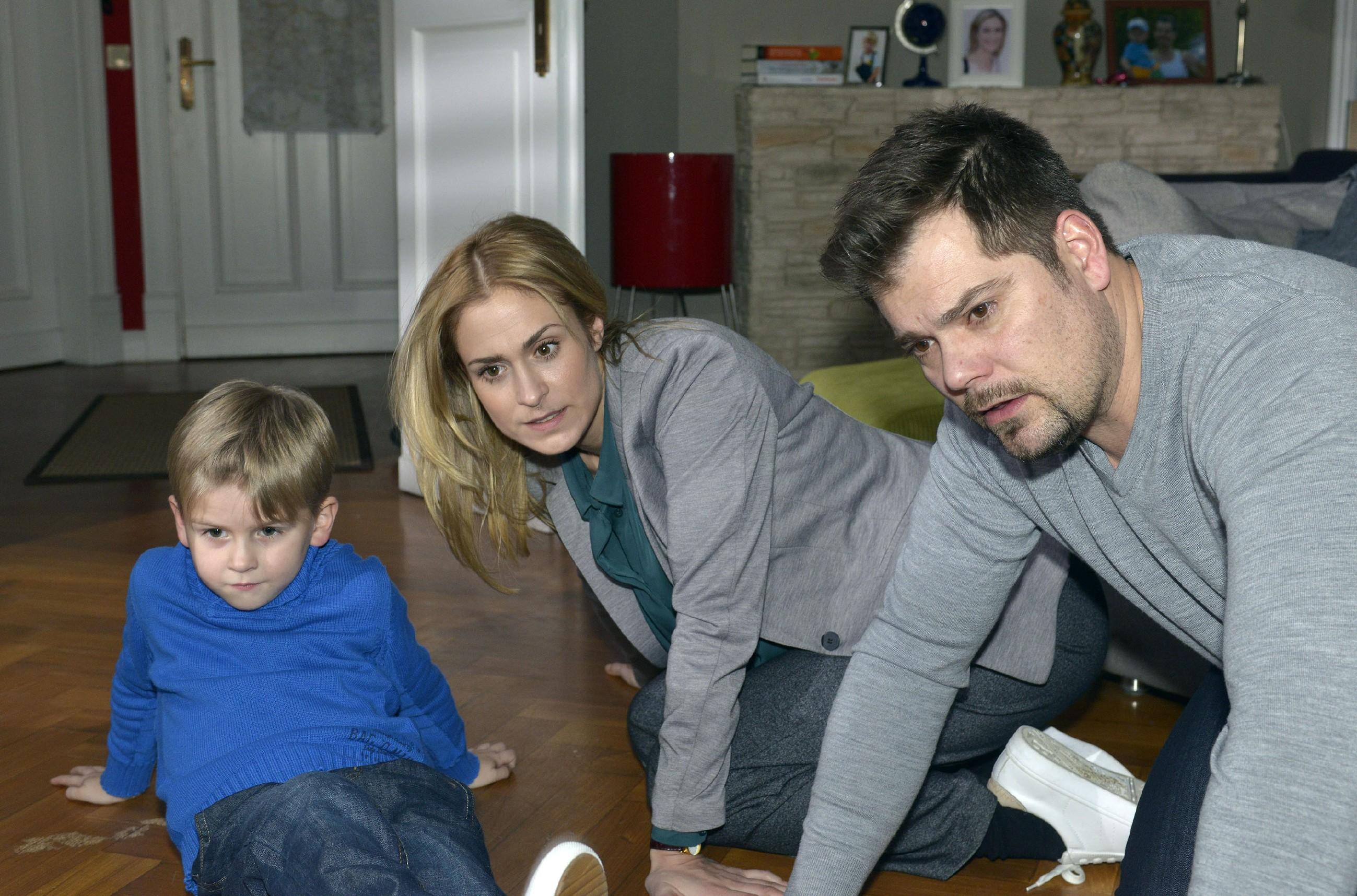 Oskars neuer Spielgefährte - ein Hamster - sorgt bei Leon (Daniel Fehlow) und Sophie (Lea Marlen Woitack) für einen turbulenten Familientag. (Quelle: RTL / Rolf Baumgartner)