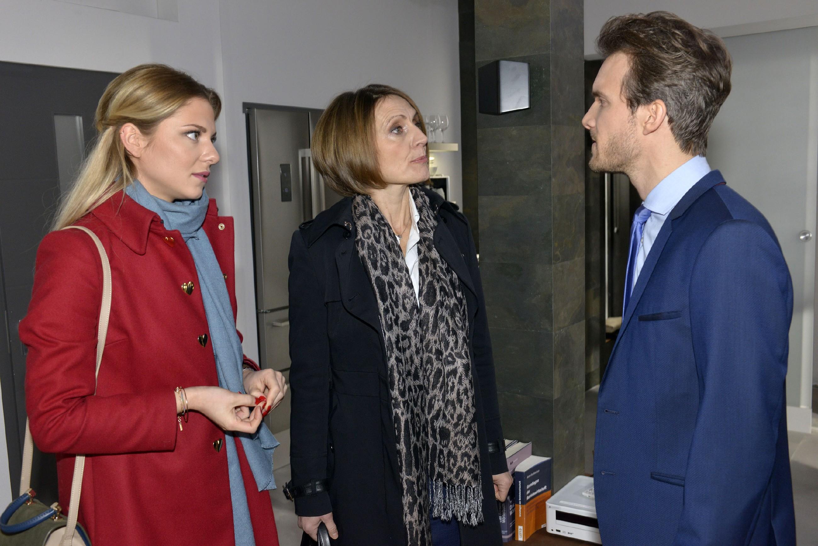 Felix (Thaddäus Meilinger) gerät unter Druck, als Rosa (Joana Schümer, M.) und Sunny (Valentina Pahde) an Chris' Schuld zweifeln. (Quelle: RTL / Rolf Baumgartner)