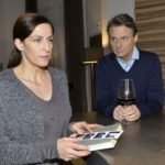 Gerner (Wolfgang Bahro) zeigt Mitgefühl für Katrin (Ulrike Frank) und lässt sie in ihrer Trauer um Till nicht allein. (Quelle: RTL / Rolf Baumgartner)