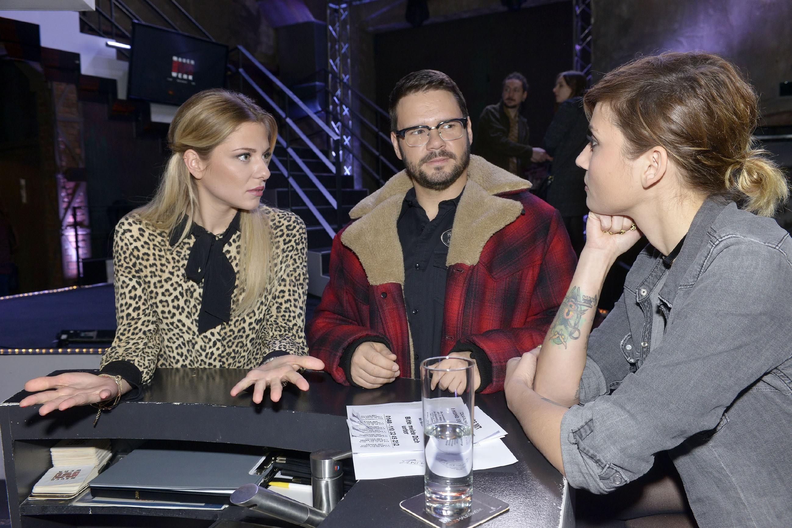 Sunny (Valentina Pahde, l.), Tuner (Thomas Drechsel) und Anni (Linda Marlen Runge) glauben nicht, dass Chris den Brandanschlag begangen hat - doch wer war es dann? (Quelle: RTL / Rolf Baumgartner)