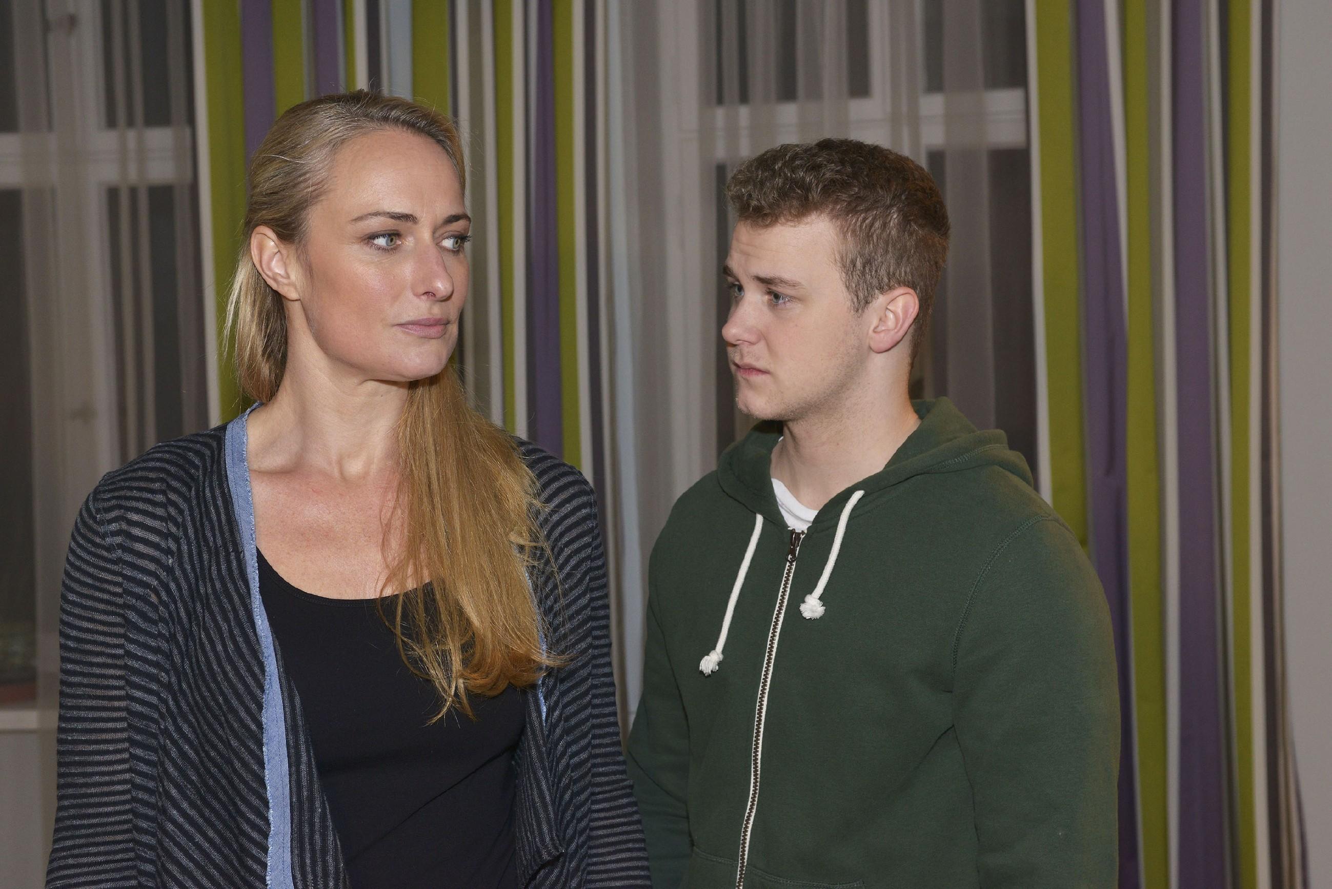 Maren (Eva Mona Rodekirchen) lässt Jonas (Felix van Deventer) spüren, dass sie von ihm enttäuscht ist. (Quelle: RTL / Rolf Baumgartner)