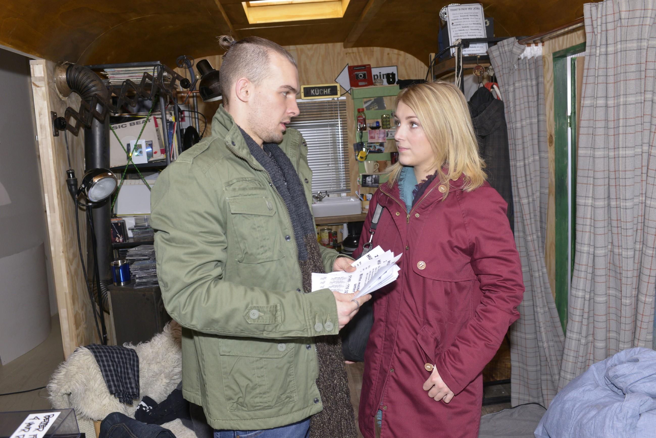 Chris (Eric Stehfest) erfährt erleichtert von Lilly (Iris Mareike Steen), dass Sunny nun doch von seiner Unschuld überzeugt ist. (Quelle: RTL / Rolf Baumgartner)