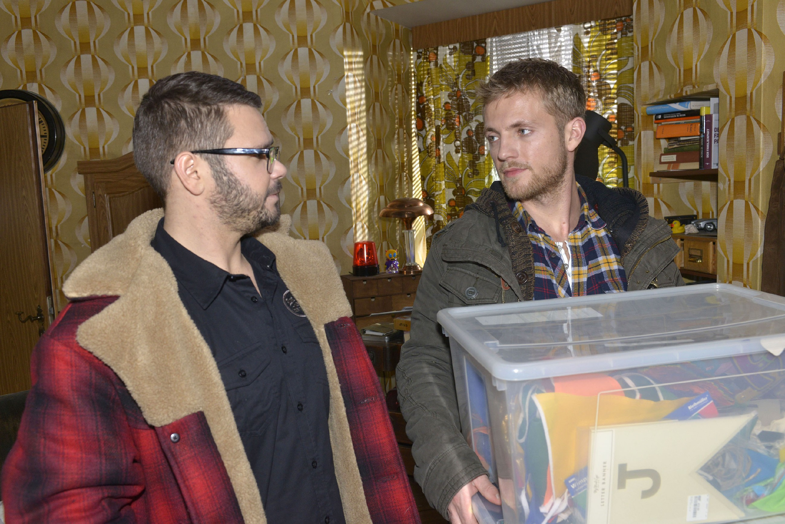 Tuner (Thomas Drechsel, l.) lässt Paul (Niklas Osterloh) wissen, dass er mit Jule abgeschlossen hat. (Quelle: RTL / Rolf Baumgartner)