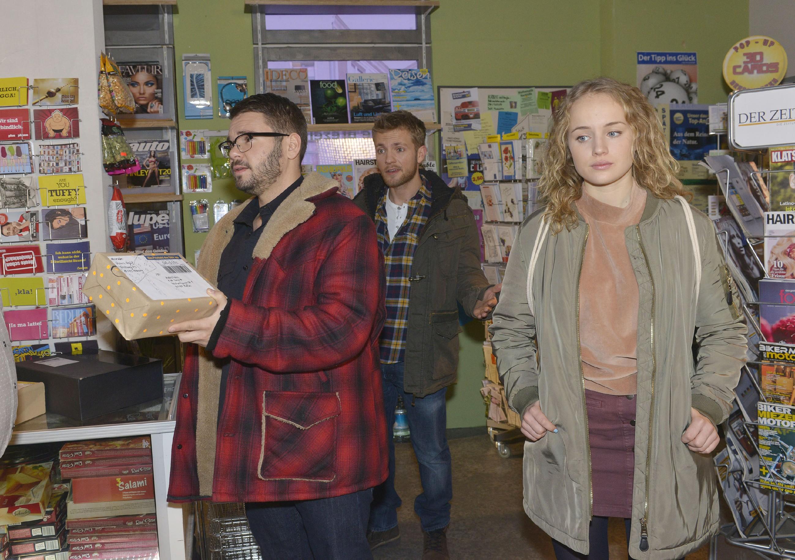 Als Tuner (Thomas Drechsel, l.) mit Paul (Niklas Osterloh) im Laden auftaucht, registriert Jule (Luise von Finckh) enttäuscht, dass sie von Tuner nicht beachtet wird. (Quelle: RTL / Rolf Baumgartner)