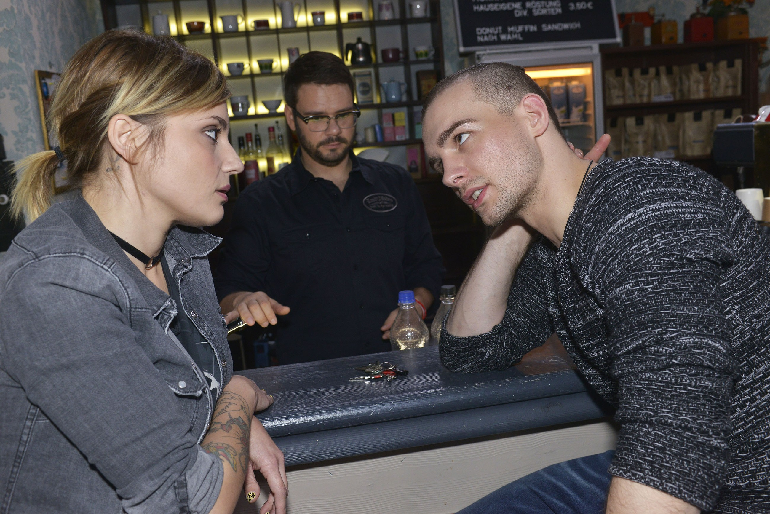 Anni (Linda Marlen Runge) versucht Chris (Eric Stehfest, r.) im Beisein von Tuner (Thomas Drechsel) klarzumachen, dass er seine Wutausbrüche in den Griff bekommen sollte. (Quelle: RTL / Rolf Baumgartner)