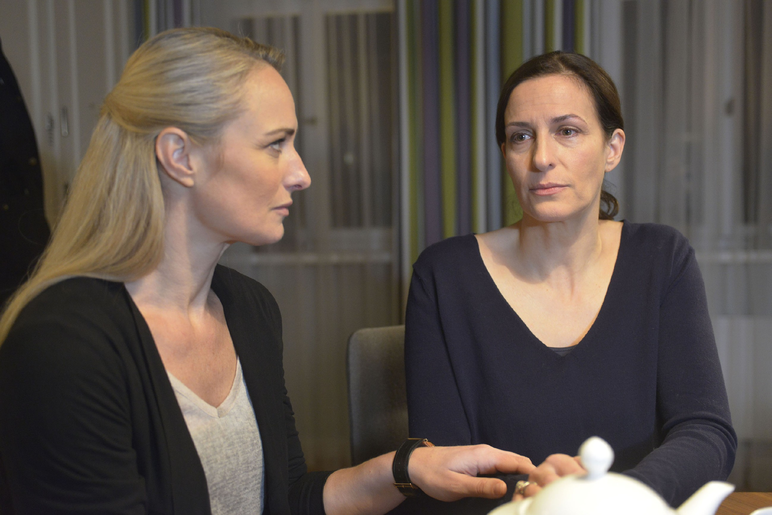 Als Katrin (Ulrike Frank, r.) bei ihrem Versuch, Tills Zimmer zu räumen, von der Trauer übermannt wird, ist Maren (Eva Mona Rodekirchen) sofort da, um sie aufzufangen. (Quelle: RTL / Rolf Baumgartner)