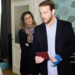 Als Eva (Claudelle Deckert) Tobias (Patrick Müller) dabei erwischt, wie er ihren Pass entwenden will, um die Reise zu verhindern, wird ihm klar, dass er keine andere Wahl hat, als Eva die Wahrheit zu sagen. (Quelle: RTL / Stefan Behrens)