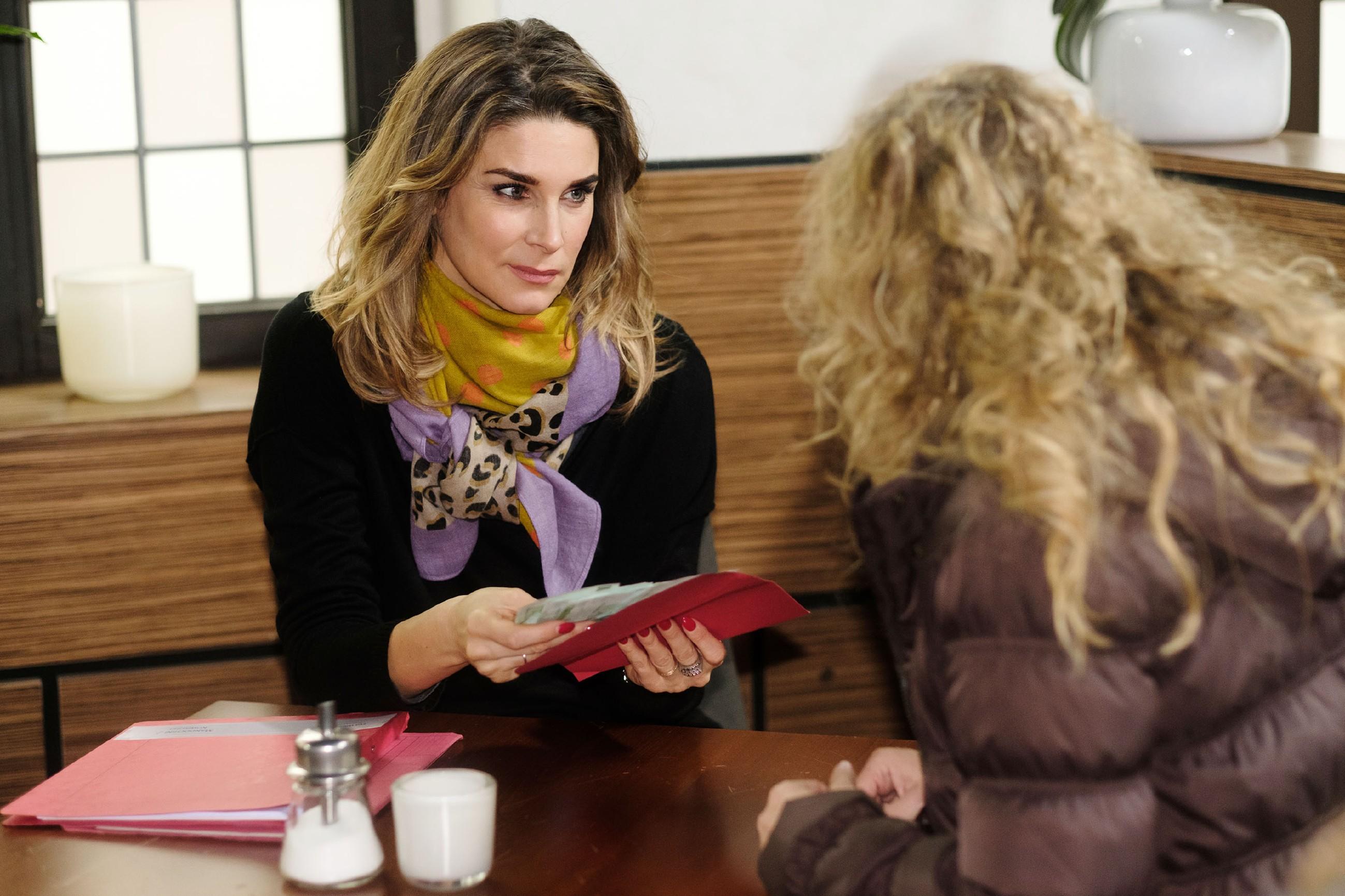 Eva (Claudelle Deckert, l.) trifft sich mit Silke Kurz (Silvia de Leonardis) und wird vor eine schwere Entscheidung gestellt... (Quelle: RTL / Stefan Behrens)