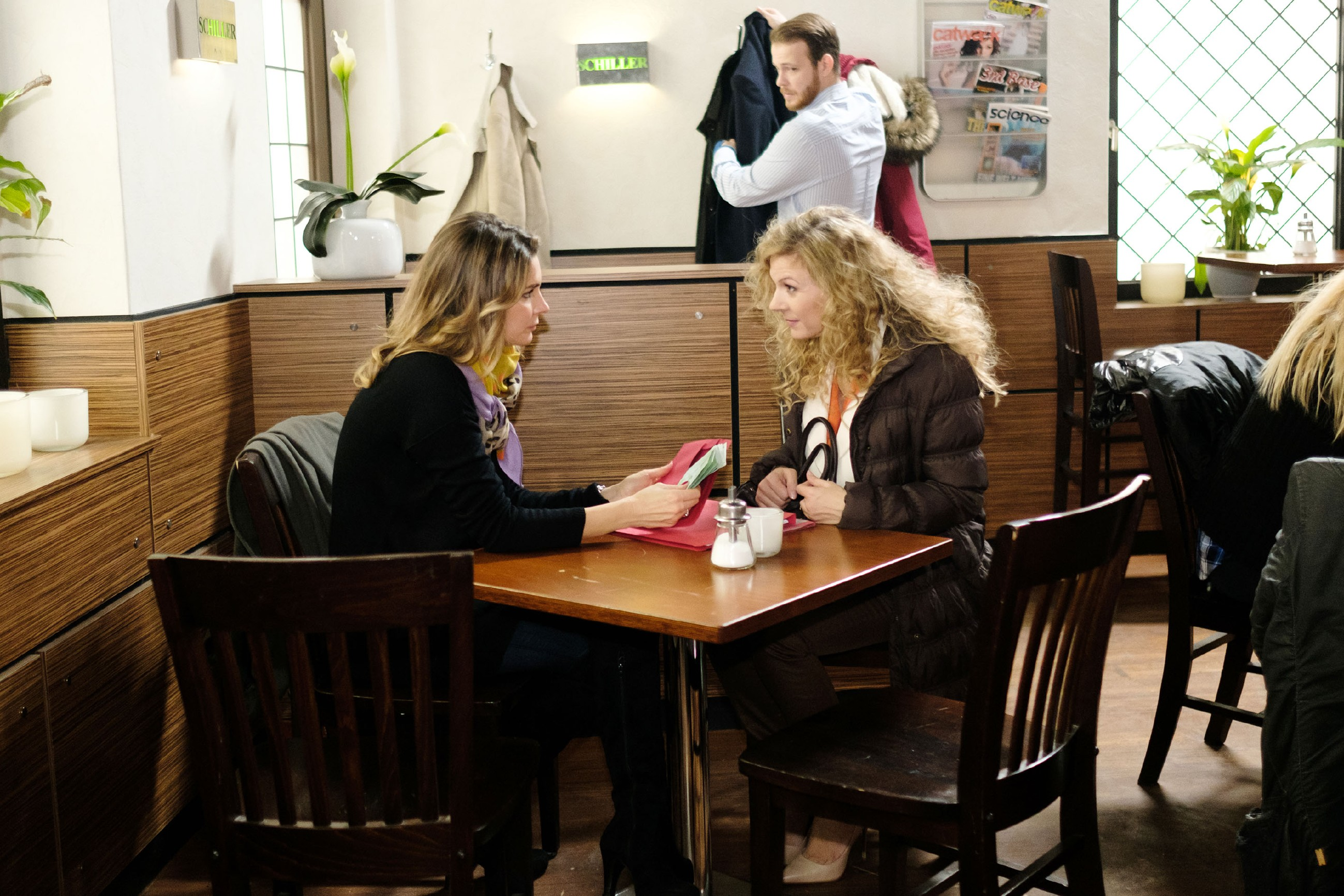 Eva (Claudelle Deckert, l.) trifft sich mit Silke Kurz (Silvia de Leonardis), die im Gegenzug für die gewünschten Informationen verlangt, dass Eva ihre Anzeige gegen Kurz zurückzieht. (Quelle: RTL / Stefan Behrens)