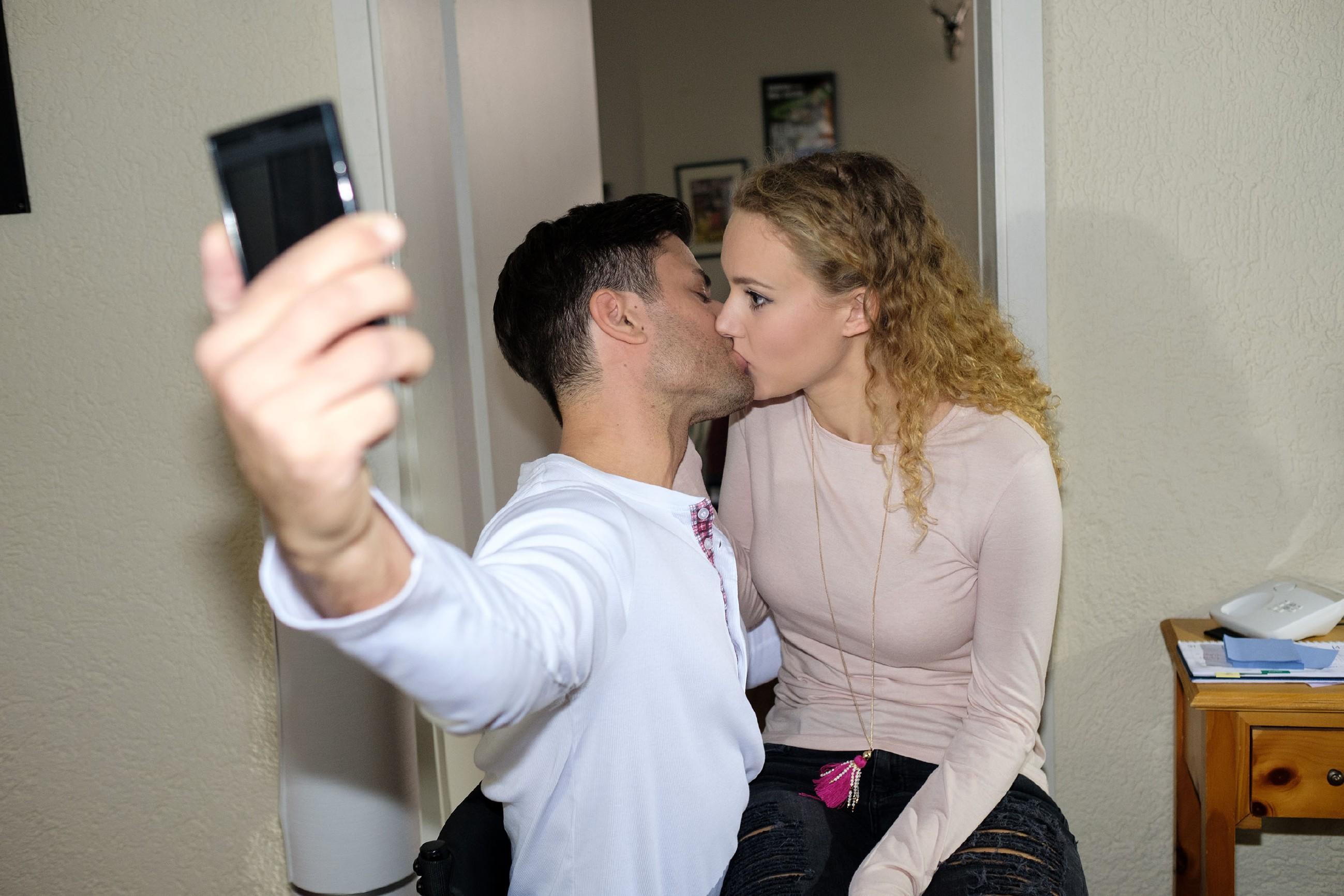 Als Paco (Milos Vukovic) sie für die Werbekampagne küsst, wird KayC (Pauline Angert) bewusst, dass er ihr emotional immer näher kommt... (Quelle: RTL / Stefan Behrens)