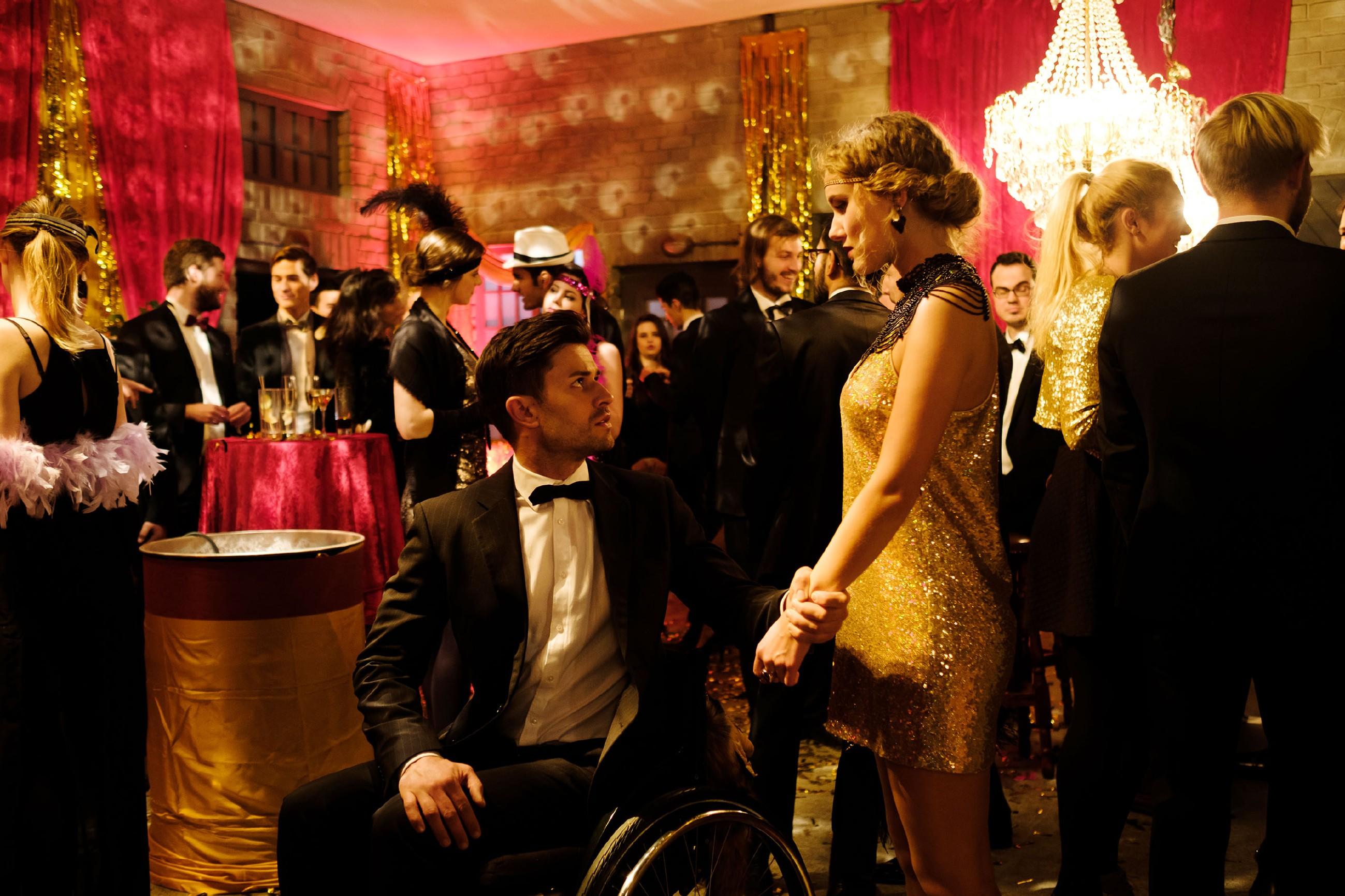 Auf der Party stellt Paco (Milos Vukovic, vorne l.) stellt perplex fest, dass Elli Recht hatte und KayC (Pauline Angert, vorne r.) in ihn verliebt ist... (Quelle: RTL / Stefan Behrens)