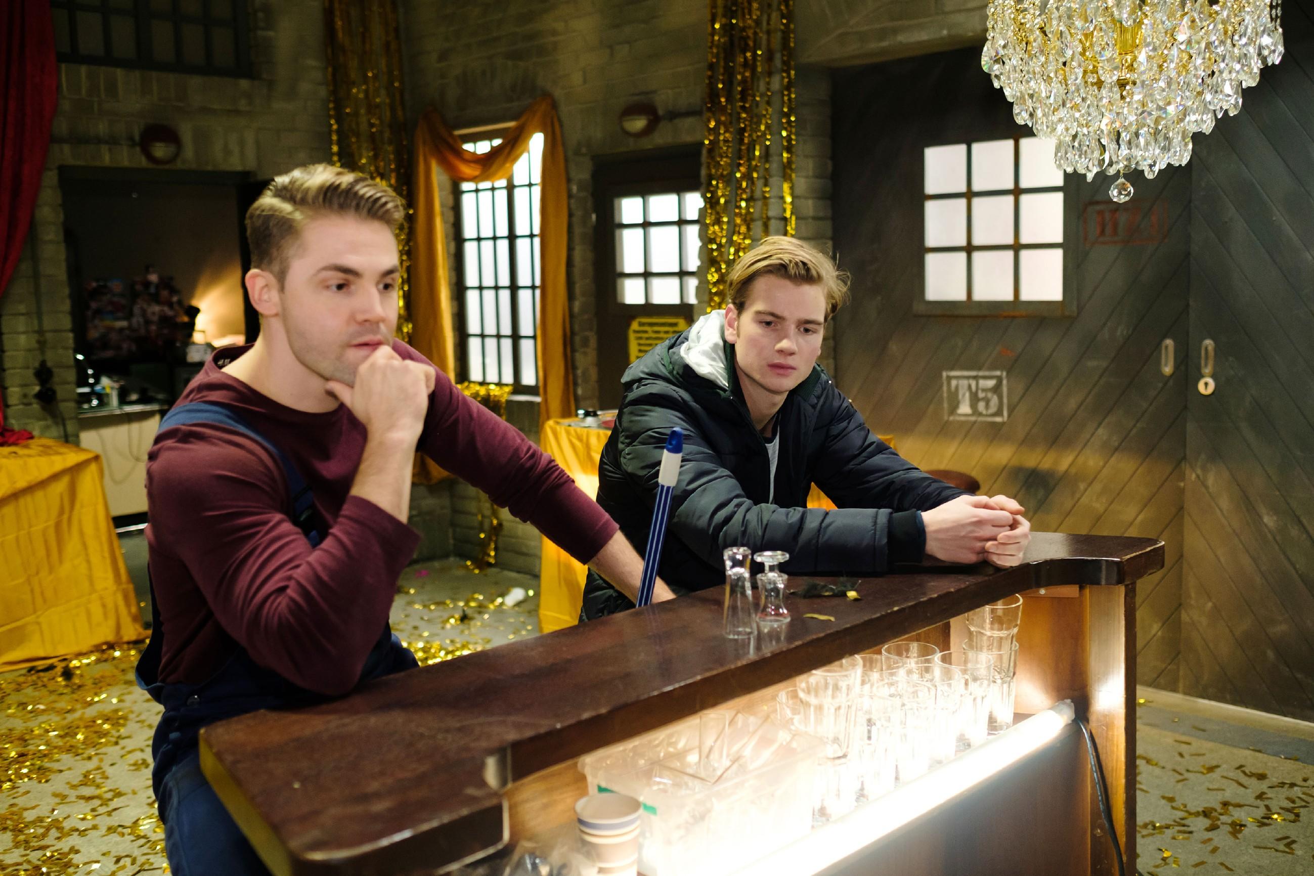 Als Valentin (Aaron Koszuta, r.) verzweifelt glaubt, das Abitur nicht zu schaffen, findet er Unterstützung bei Bambi (Benjamin Heinrich). (Quelle: RTL / Stefan Behrens)