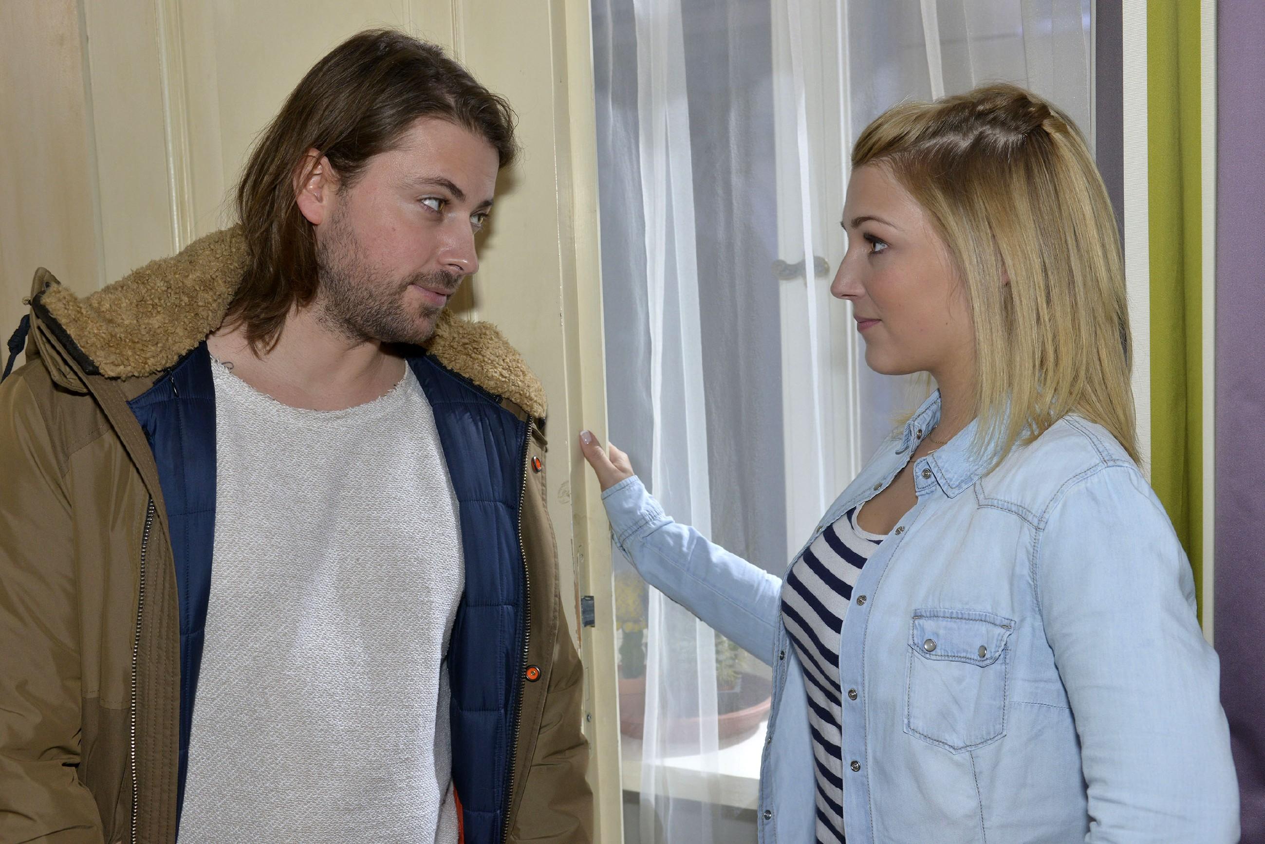 Lilly (Iris Mareike Steen) hat sich mit ihrer Ausrede bei John (Felix von Jascheroff) in eine peinliche Situation gebracht. (Quelle: RTL / Rolf Baumgartner)
