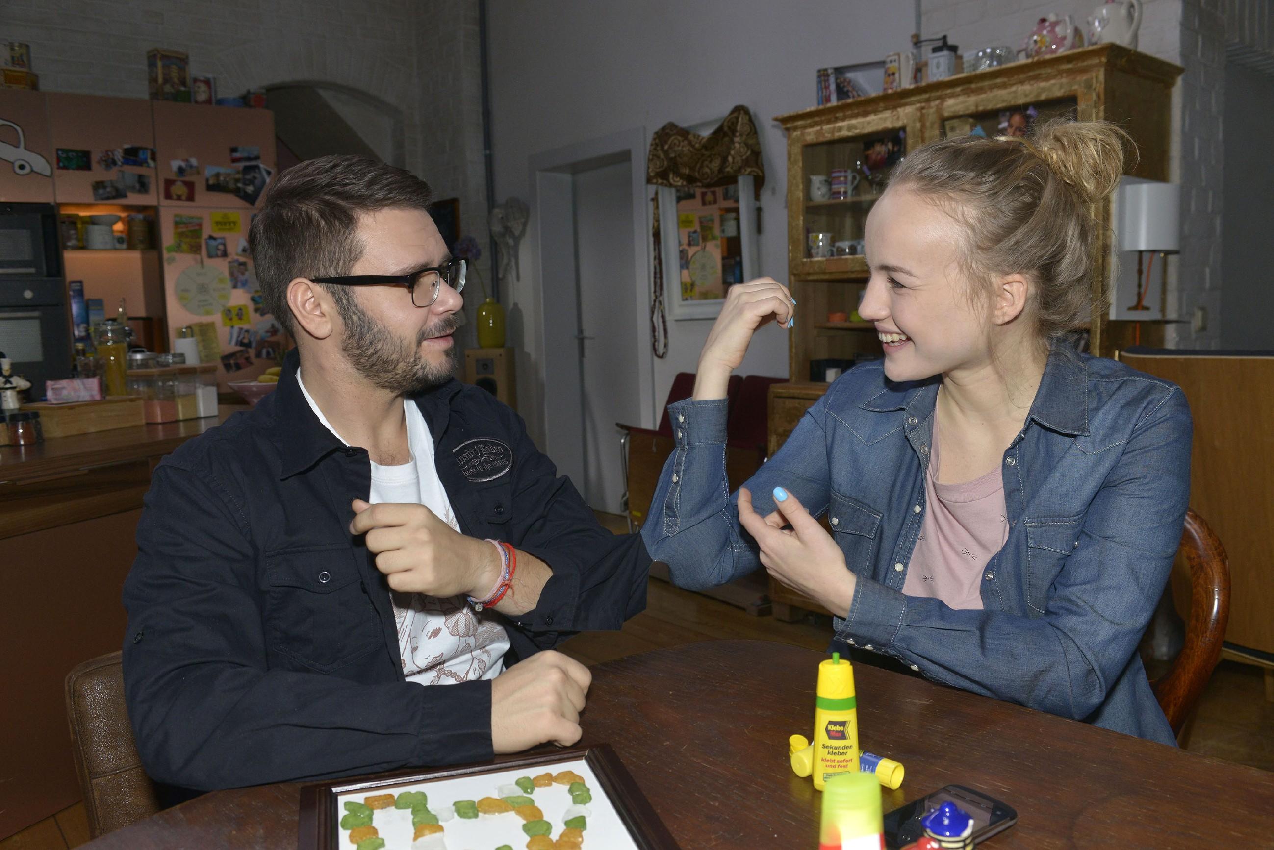 Als ausgerechnet Tuner (Thomas Drechsel) ihr bei der Reparatur des Mosaikbildes hilft, wird Jule (Luise von Finckh) bewusst, wie sehr sie Tuner vermisst... (Quelle: RTL / Rolf Baumgartner)
