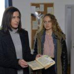 Katrin (Ulrike Frank, l.) stellt bestürzt fest, dass Jules (Luise von Finckh) Partygäste Tills Zimmer verwüstet haben. (Quelle: RTL / Rolf Baumgartner)