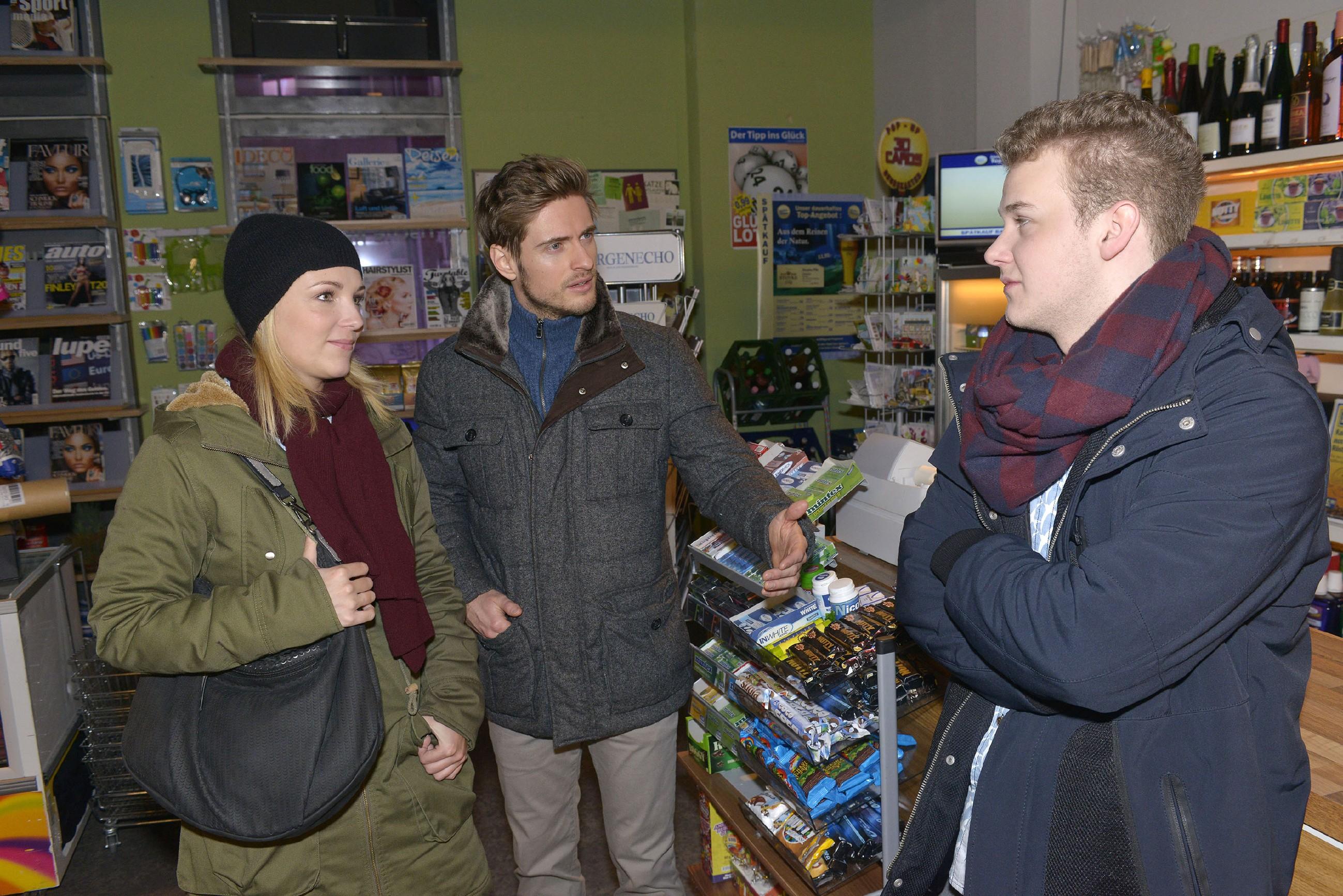 """Jonas (Felix van Deventer, r.) erklärt Lilly (Iris Mareike Steen) und Philip (Jörn Schlönvoigt) seine """"geniale"""" Geschäftsidee. (Quelle: RTL / Rolf Baumgartner)"""
