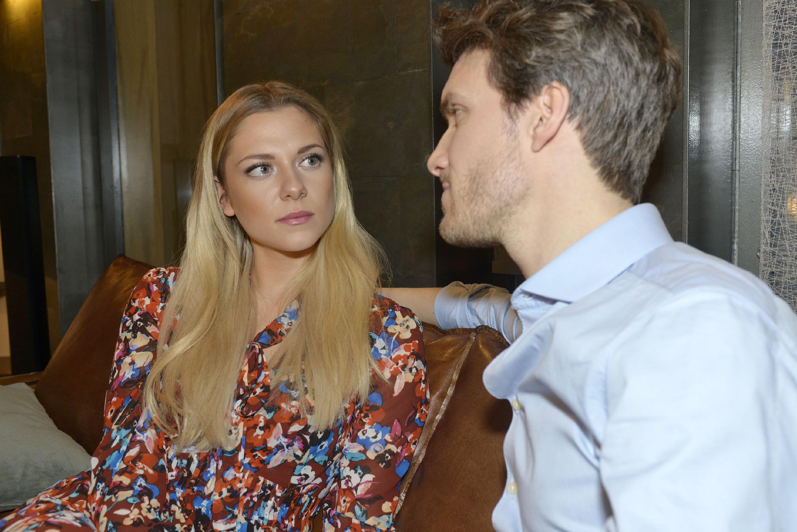 Felix (Thaddäus Meilinger) scheint mit seinen Intrigen bei Sunny (Valentina Pahde) durchzukommen. (Quelle: RTL / Rolf Baumgartner)