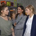 Anni (Linda Marlen Runge, l.) will Jasmin (Janina Uhse) und Sophie (Lea Marlen Runge, r.) gegenüber nicht zugeben, dass sie sich wegen ihrem Hörsturz schonen muss. (Quelle: RTL / Rolf Baumgartner)