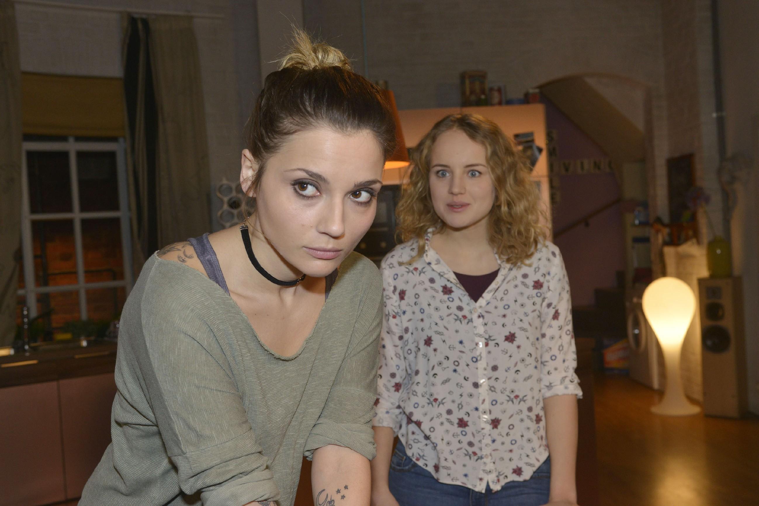 Anni (Linda Marlen Runge, l.) möchte nicht, dass Jule (Luise von Finckh) sie in den Urlaub begleitet. (Quelle: RTL / Rolf Baumgartner)