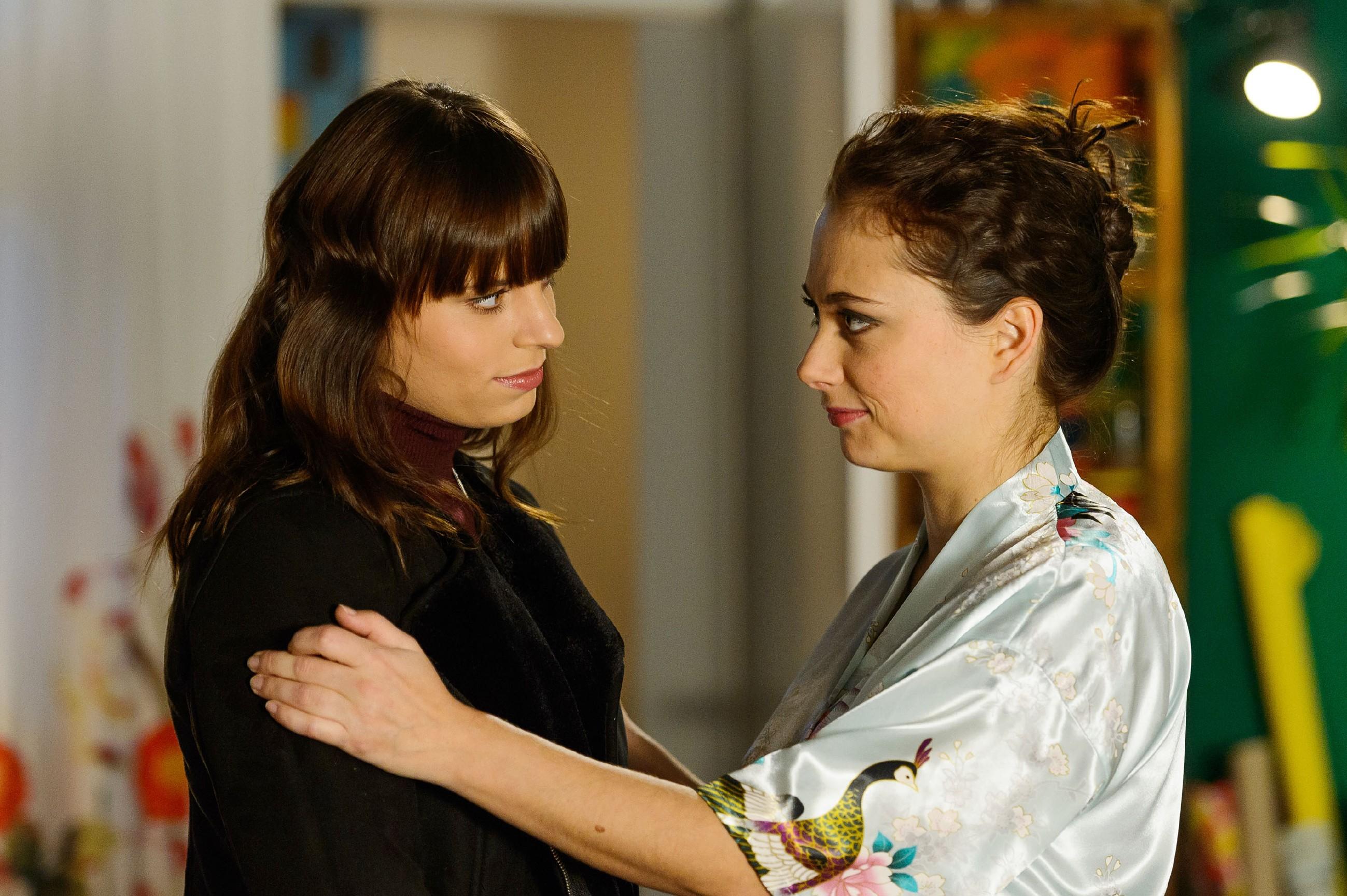 Carmen (Heike Warmuth, r.) erinnert Michelle (Franziska Benz) daran, dass Thomas ihr nach ihrem Zusammenbruch Bettruhe verordnet hat. (Quelle: RTL / Willi Weber)