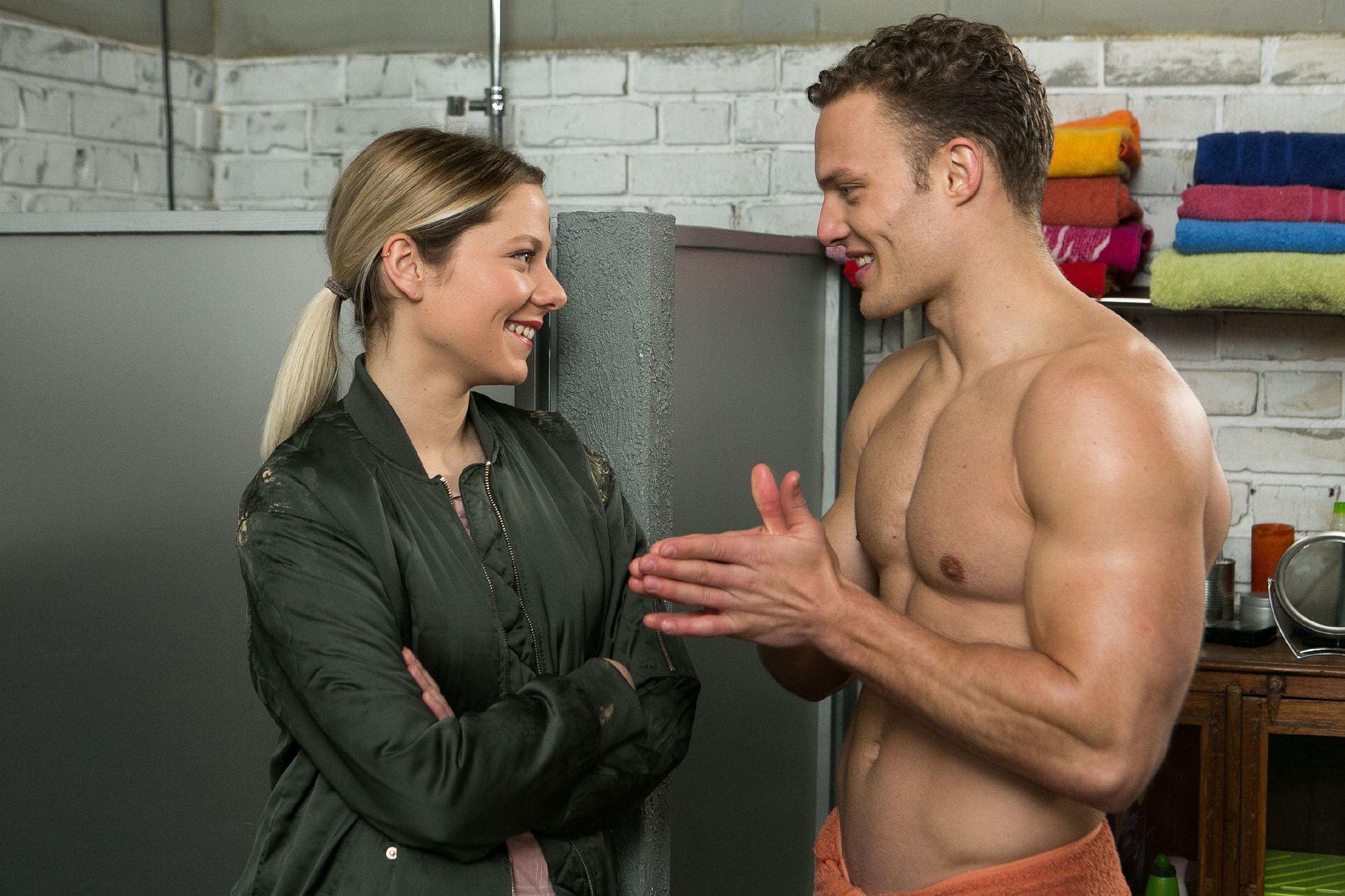 Marie (Cheyenne Pahde) entdeckt überrascht eine einfühlsame Seite an Tim (Robert Maaser). (Quelle: RTL / Kai Schulz)