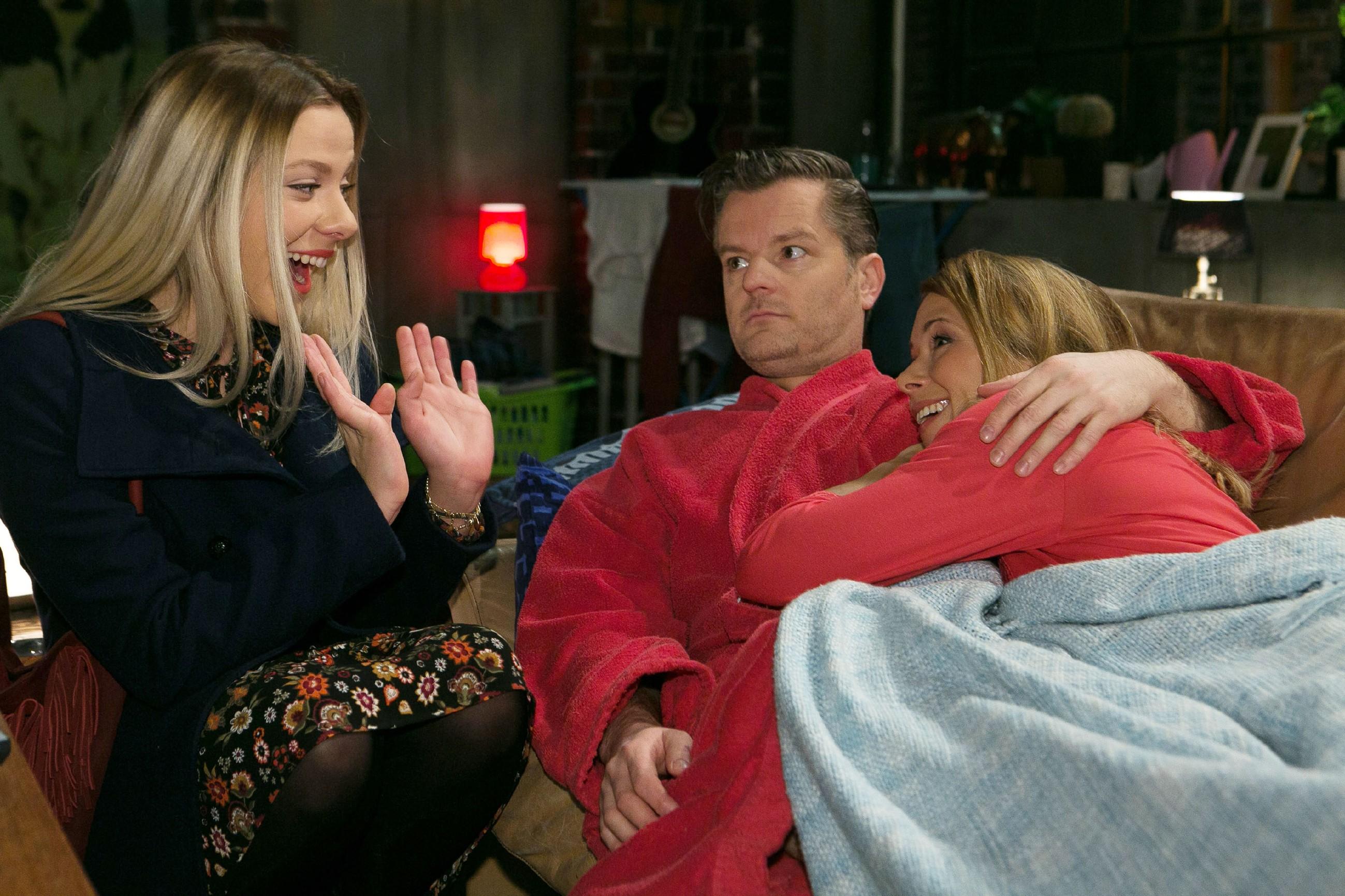 Ingo (André Dietz) freut sich auf einen romantischen Abend mit Diana (Tanja Szewczenko, r.), doch nach Tim kommt ihnen nun auch noch Marie (Cheyenne Pahde) in die Quere, die eine Brautkleid-Anprobe für Diana organisiert hat. (Quelle: RTL / Kai Schulz)