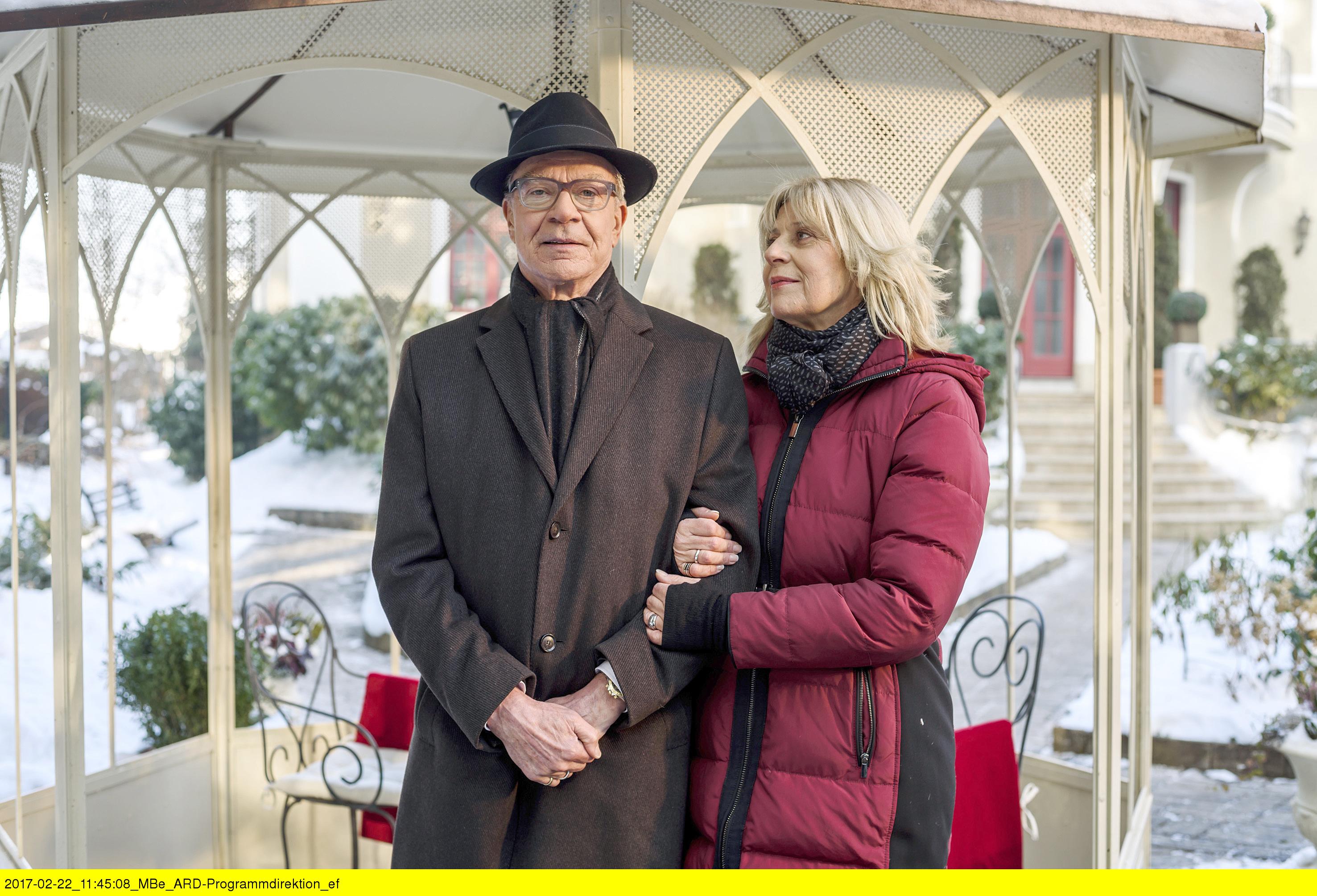 ARD STURM DER LIEBE FOLGE 2662, am Mittwoch (05.04.17) um 15:10 Uhr im ERSTEN. Charlotte (Mona Seefried, r.) liebt Werner (Dirk Galuba, l.) immer noch. (Quelle: ARD/Christof Arnold)