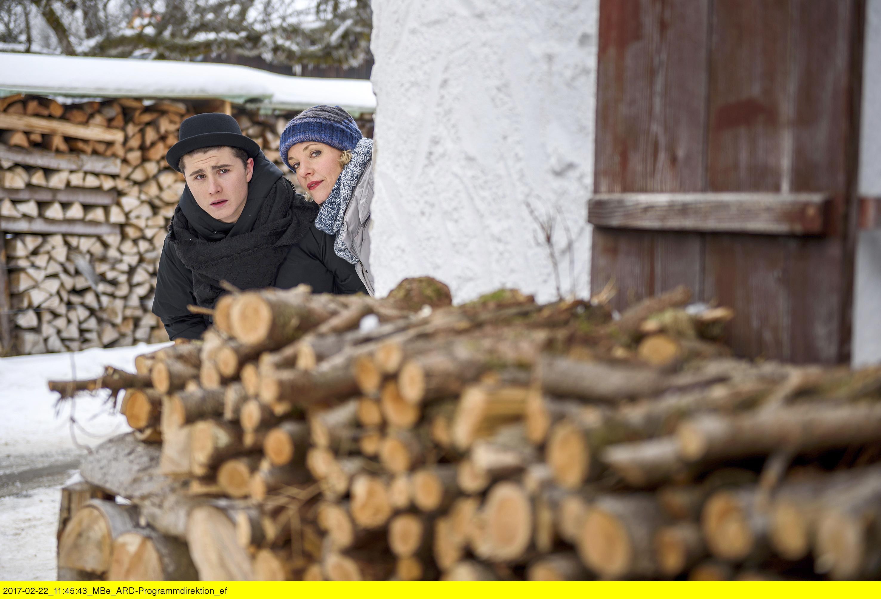 ARD STURM DER LIEBE FOLGE 2663, am Donnerstag (06.04.17) um 15:10 Uhr im ERSTEN. Natascha (Melanie Wiegmann, r.) hilft Fabien (Lukas Schmidt, l.) beim Diebstahl der Prüfungslösungen für Nora. (Quelle: ARD/Christof Anrold)