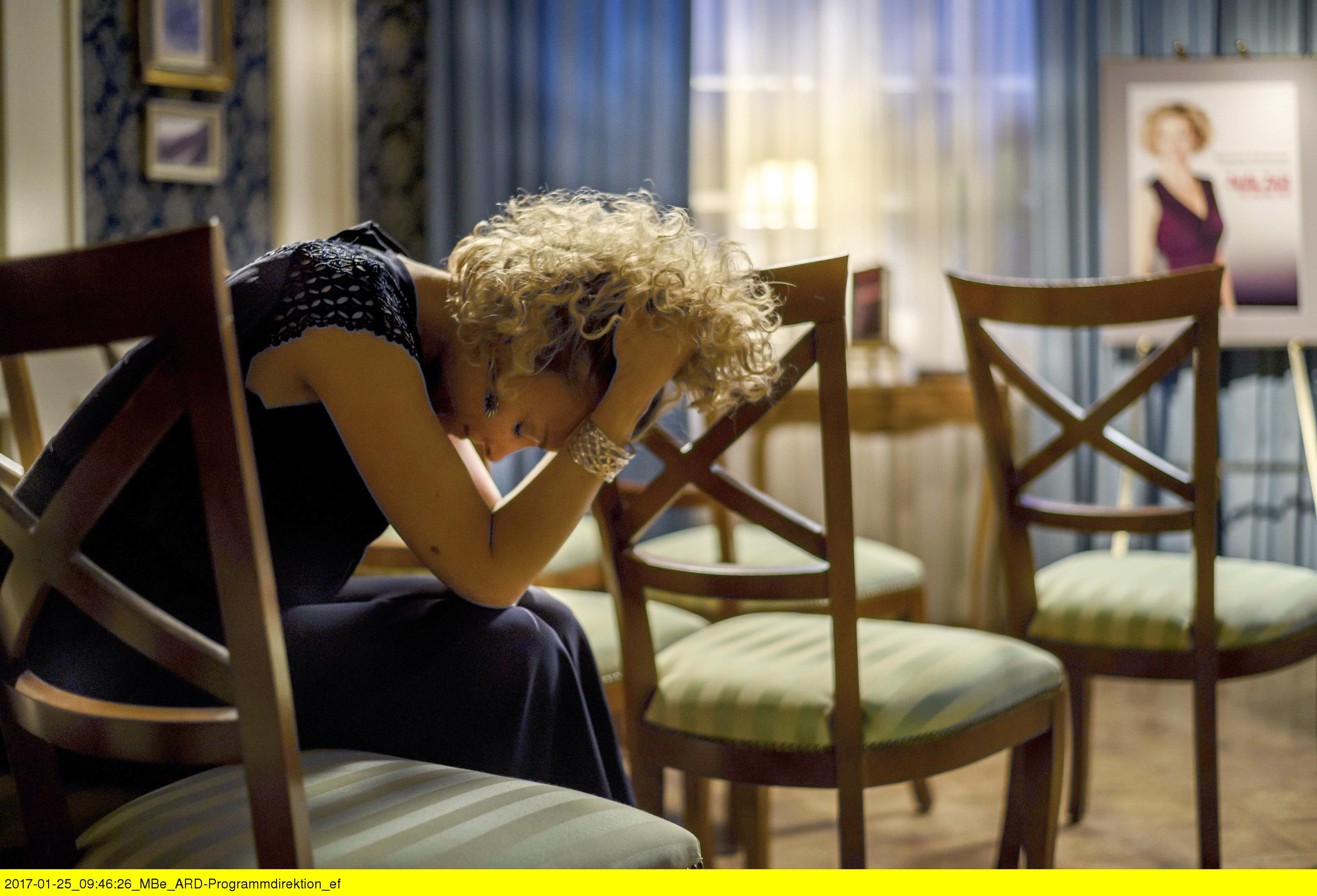 ARD STURM DER LIEBE FOLGE 2648, am Mittwoch (15.03.17) um 15:10 Uhr im ERSTEN. Natascha (Melanie Wiegmann) weint um ihre Ehe. (Quelle: ARD/Christof Arnold)
