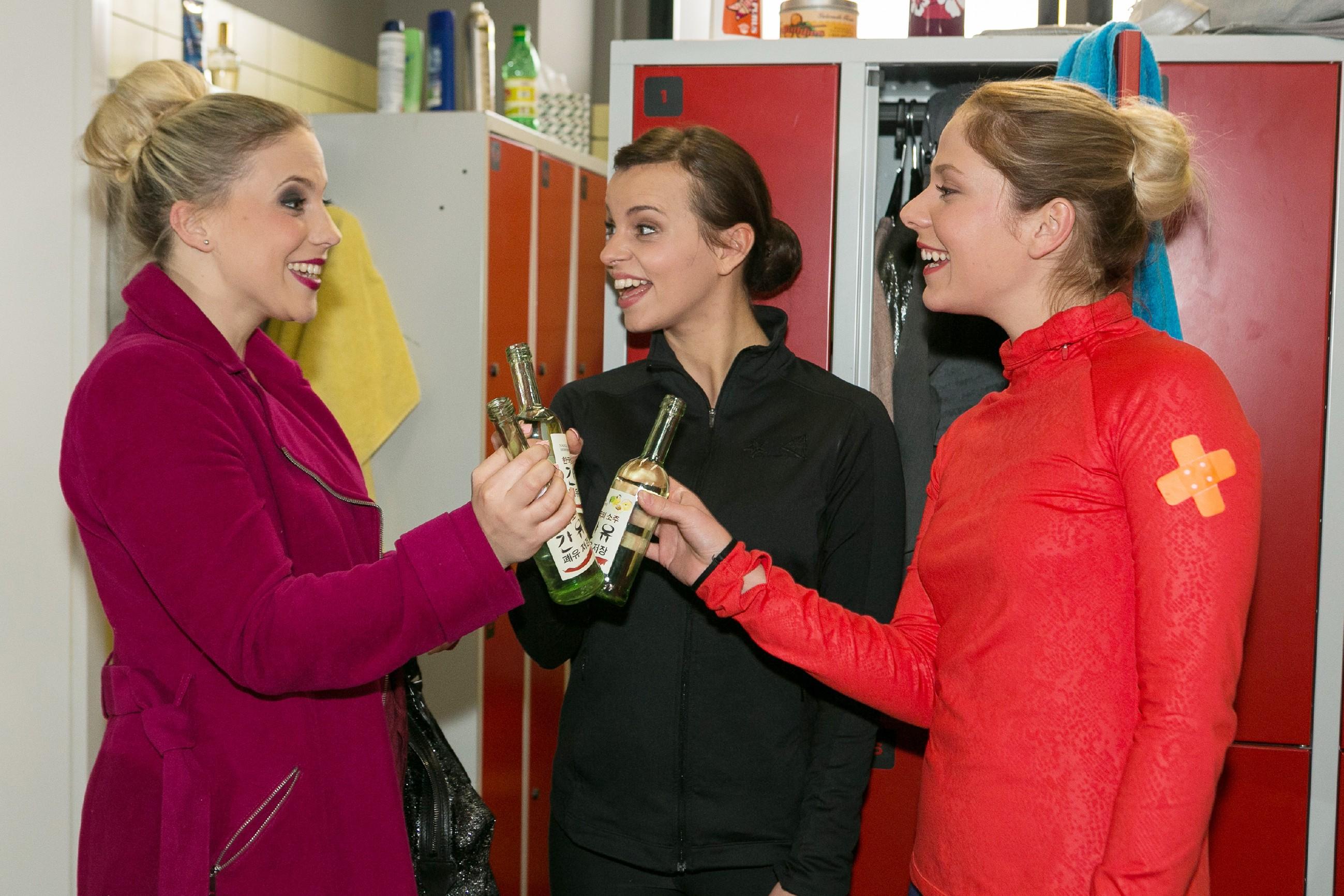 Michelle (Franziska Benz, M.) freut sich auf einen Wellness-Mädelsabend mit Iva (Christina Klein, l.) und Marie (Cheyenne Pahde).