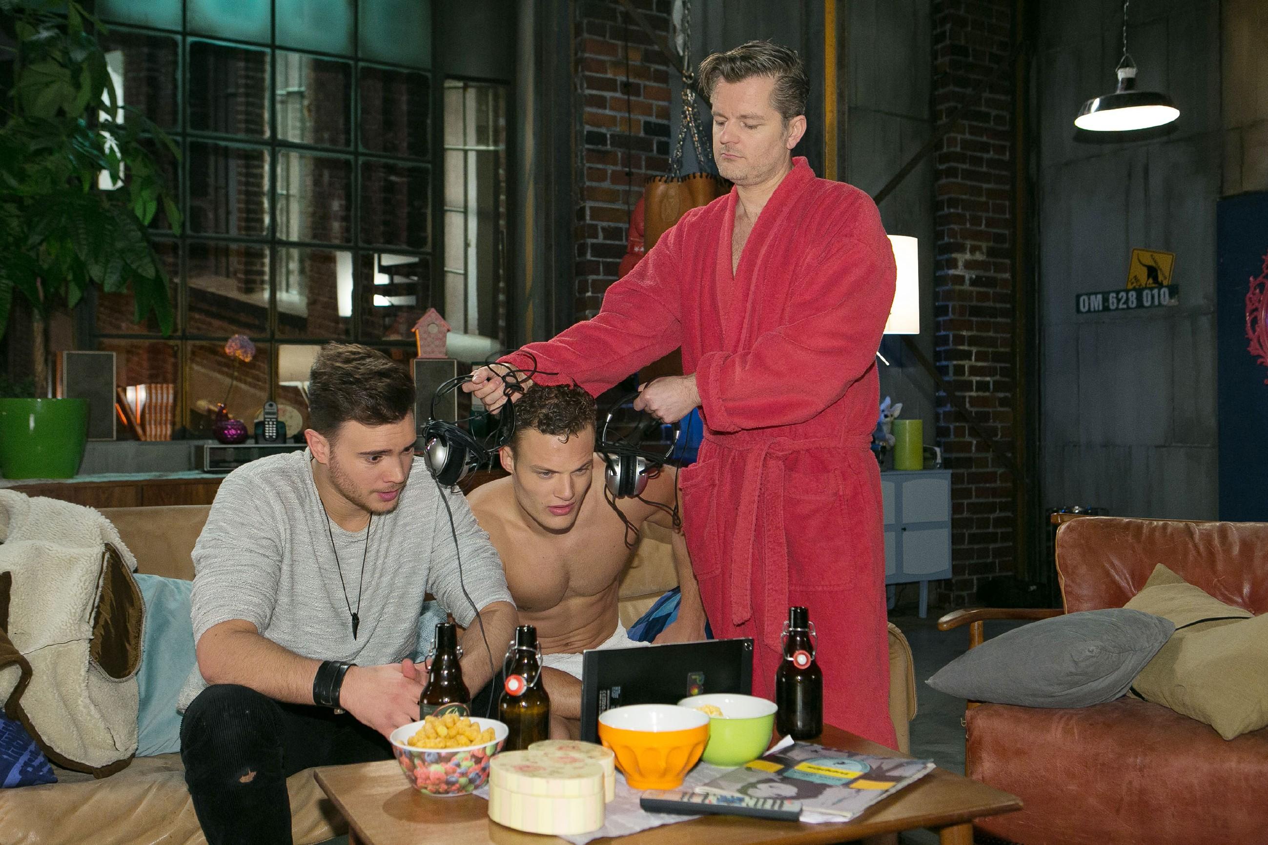 Ingo (André Dietz, r.) ist von von Ronny (Bela Klentze, l.) und Tim (Robert Maaser) genervt, die sich Videos auf dem Laptop ansehen.