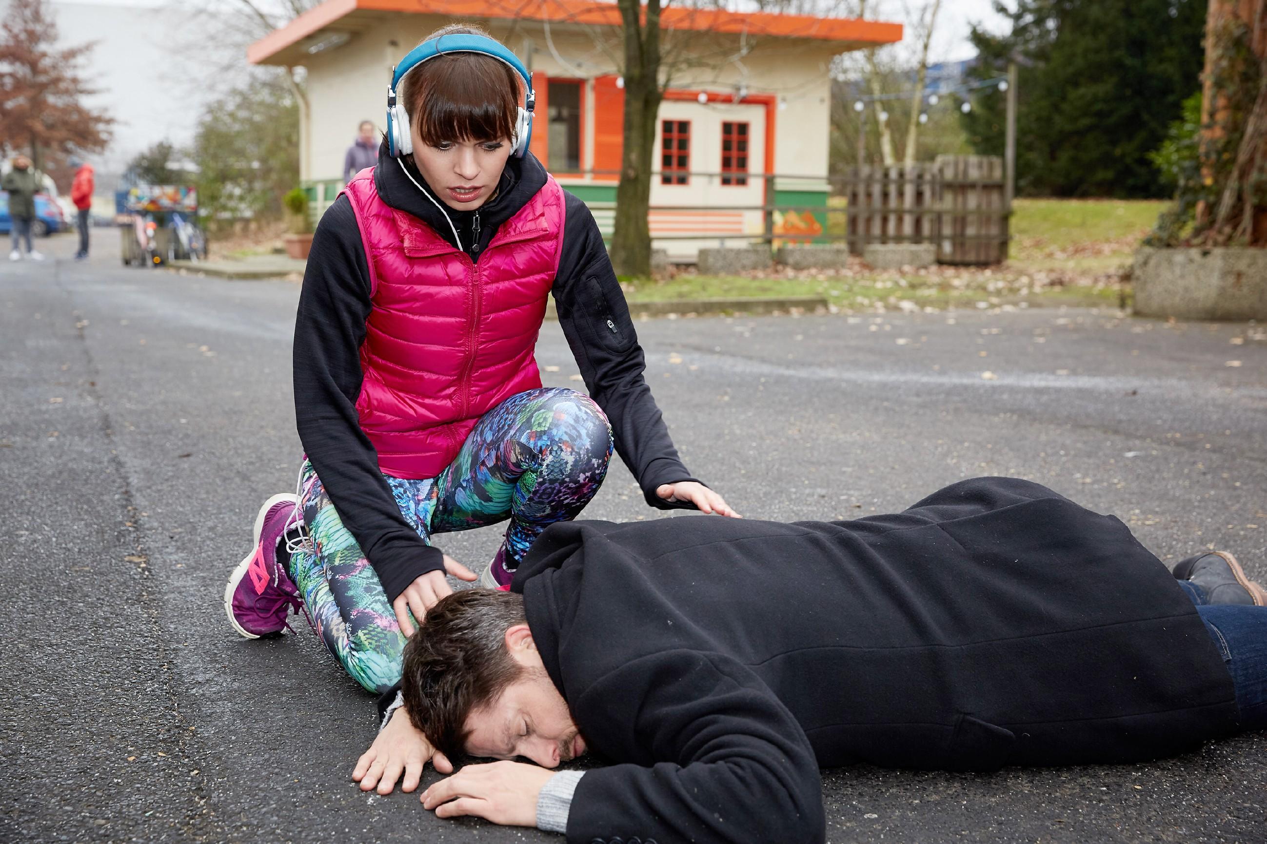 Michelle (Franziska Benz) ist geschockt, als Vincent (Daniel Buder) beim Versuch, sie zu schützen, von einem PKW angefahren wird...