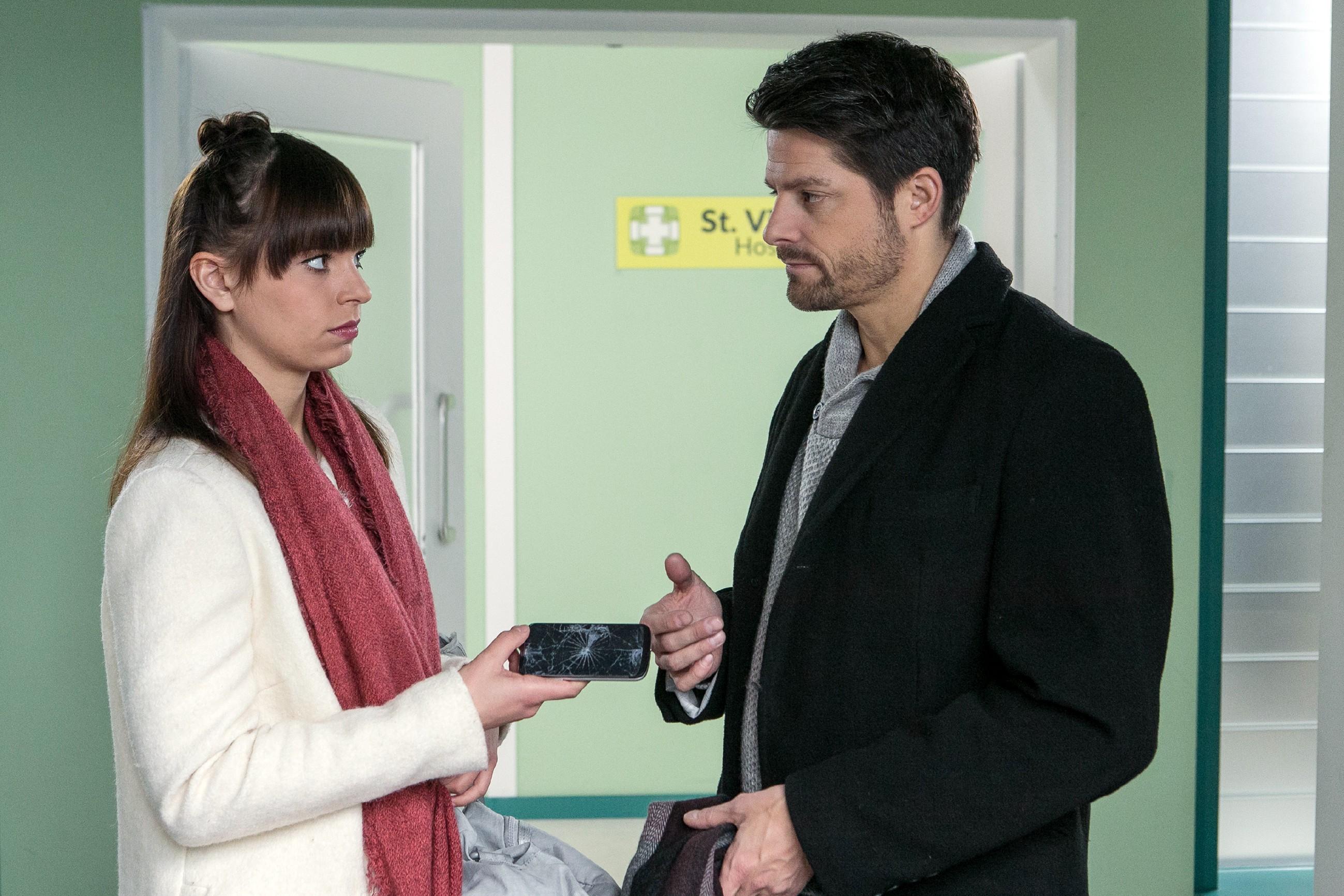 Michelle (Franziska Benz) springt über ihren Schatten und geht einen versöhnlichen Schritt auf Vincent (Daniel Buder) zu.