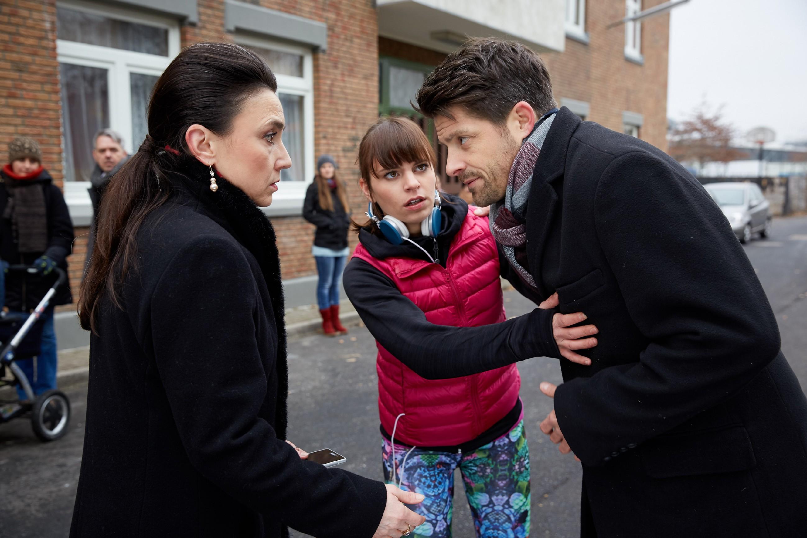 Während Vincents (Daniel Buder) Unfall Michelle (Franziska Benz, M.) ins Gefühlschaos stürzt, da er sie selbstlos gerettet hat, bietet Simone (Tatjana Clasing) Vincent an, ihn ins Krankenhaus zu begleiten.