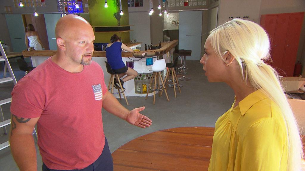 Peggy,re. sieht ihrer gemeinsamen Zukunft mit (Theo) zuversichtlich entgegen.Doch ihre Gefühle zu Joe,li. überschatten ihre Beziehung.