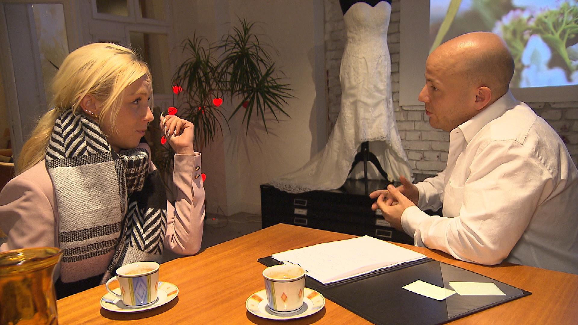 Peggy bekommt eine Einladung von einem Wedding Planner... (Quelle: RTL 2)
